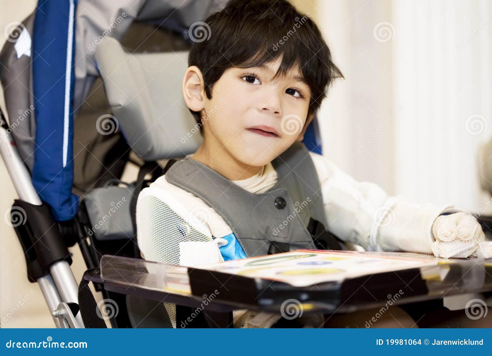 Estudo incapacitado do menino dos anos de idade quatro