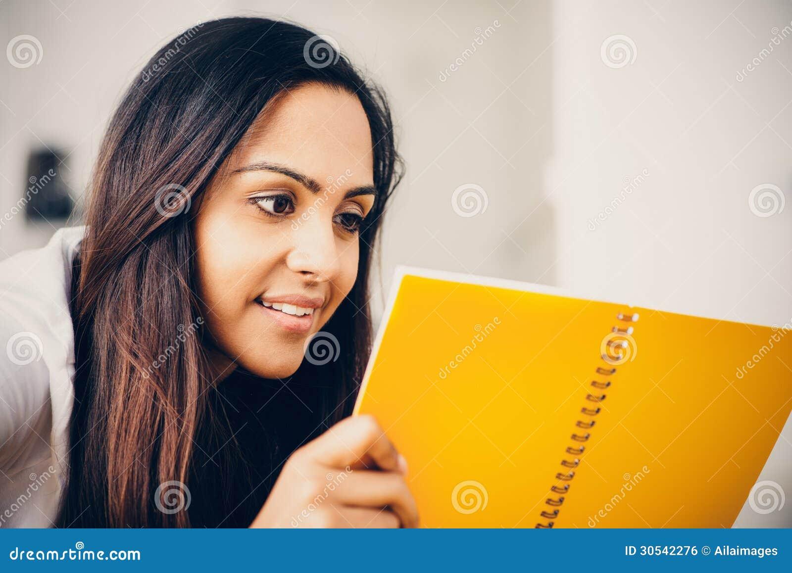 Estudo indiano feliz da escrita da educação do estudante de mulher