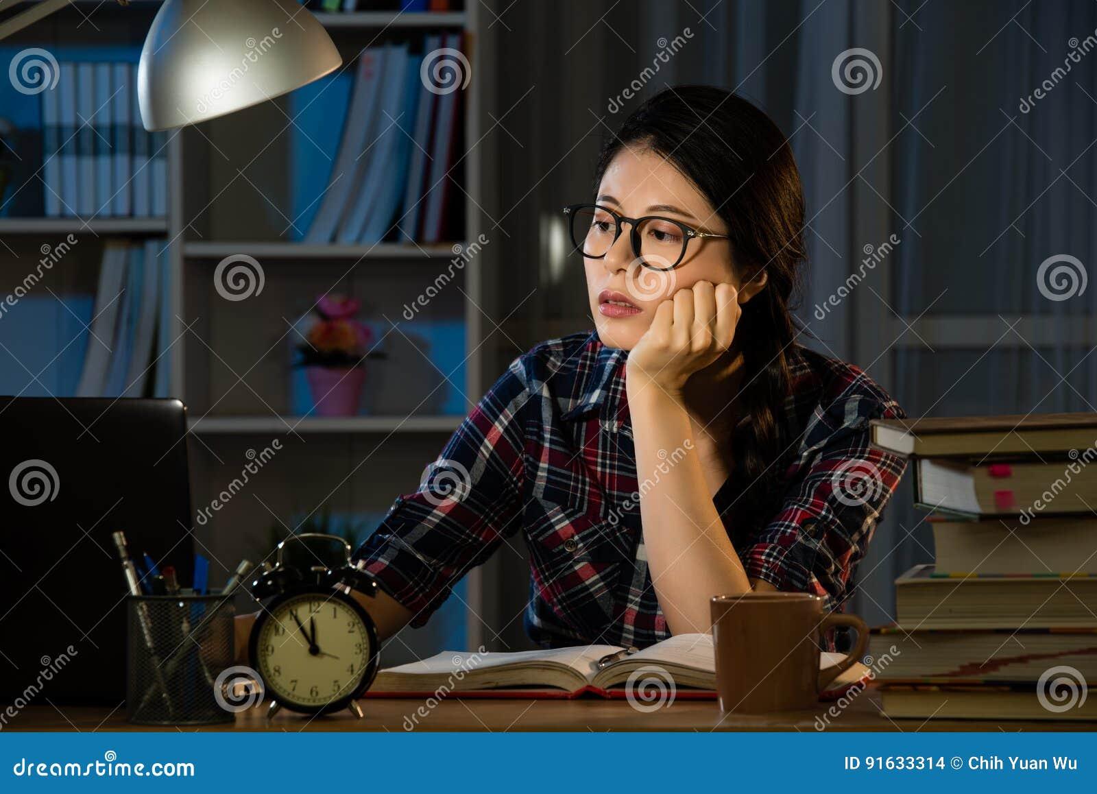 Estudos tarde na noite que fica acima tarde