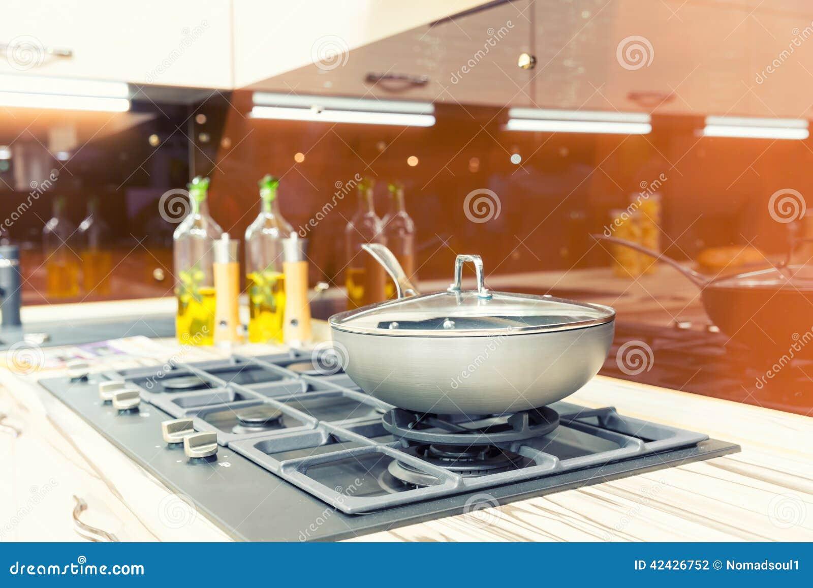 Estufa con la cacerola en la cocina moderna plástica