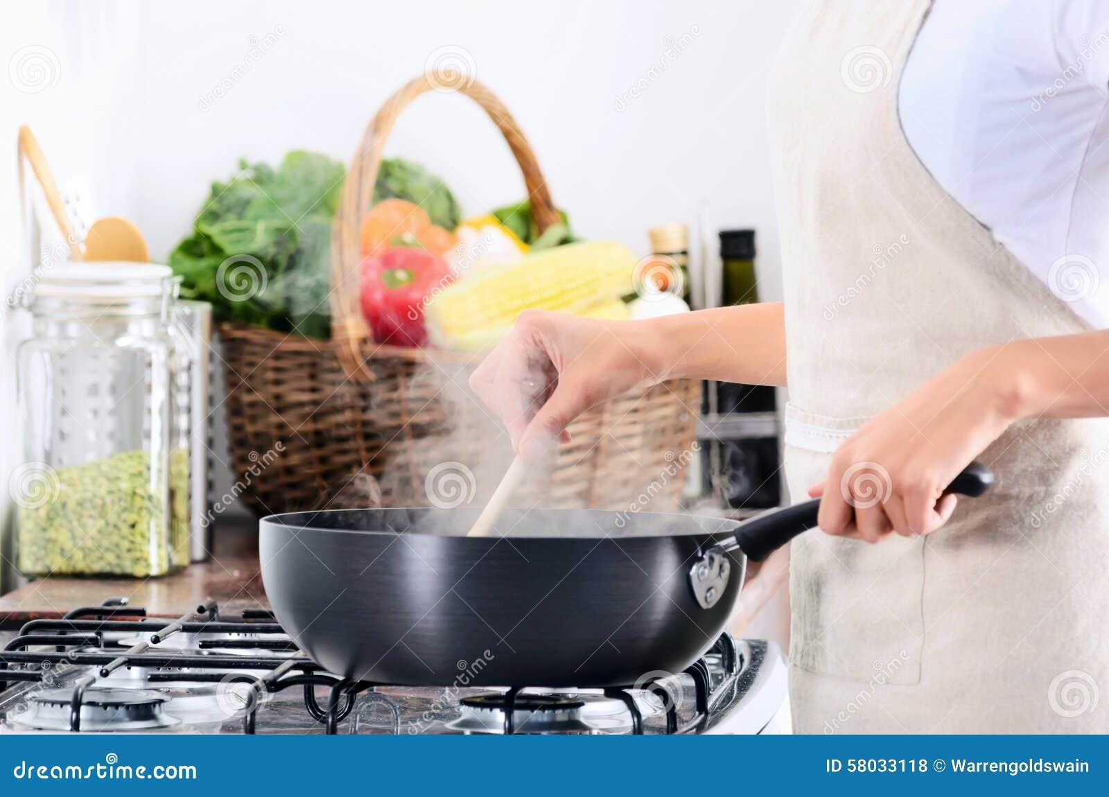 Estufa que hace una pausa de la mujer que cocina y que for Comida sin estufa