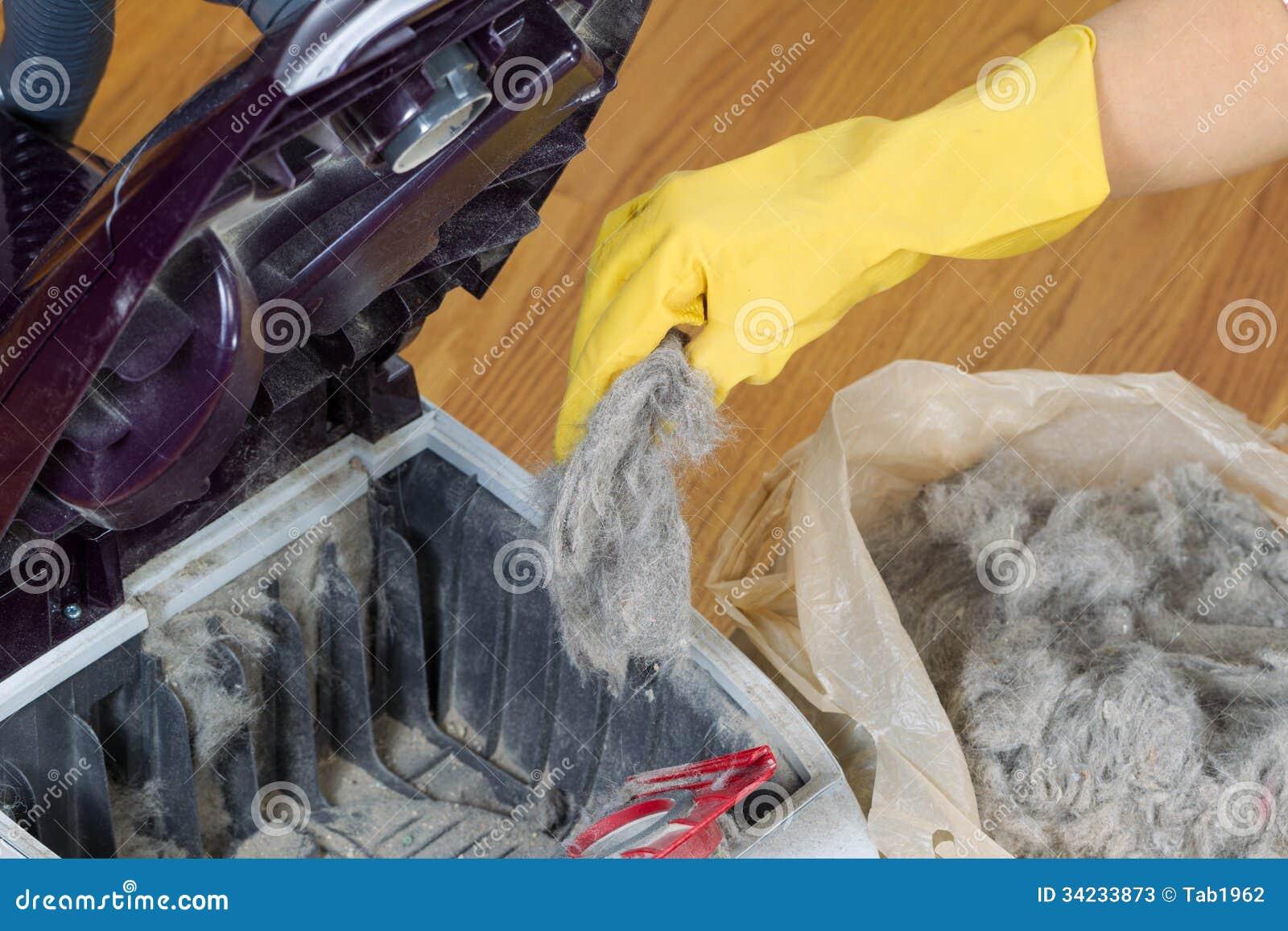 Esvaziando o aspirador de p30 no saco de plástico