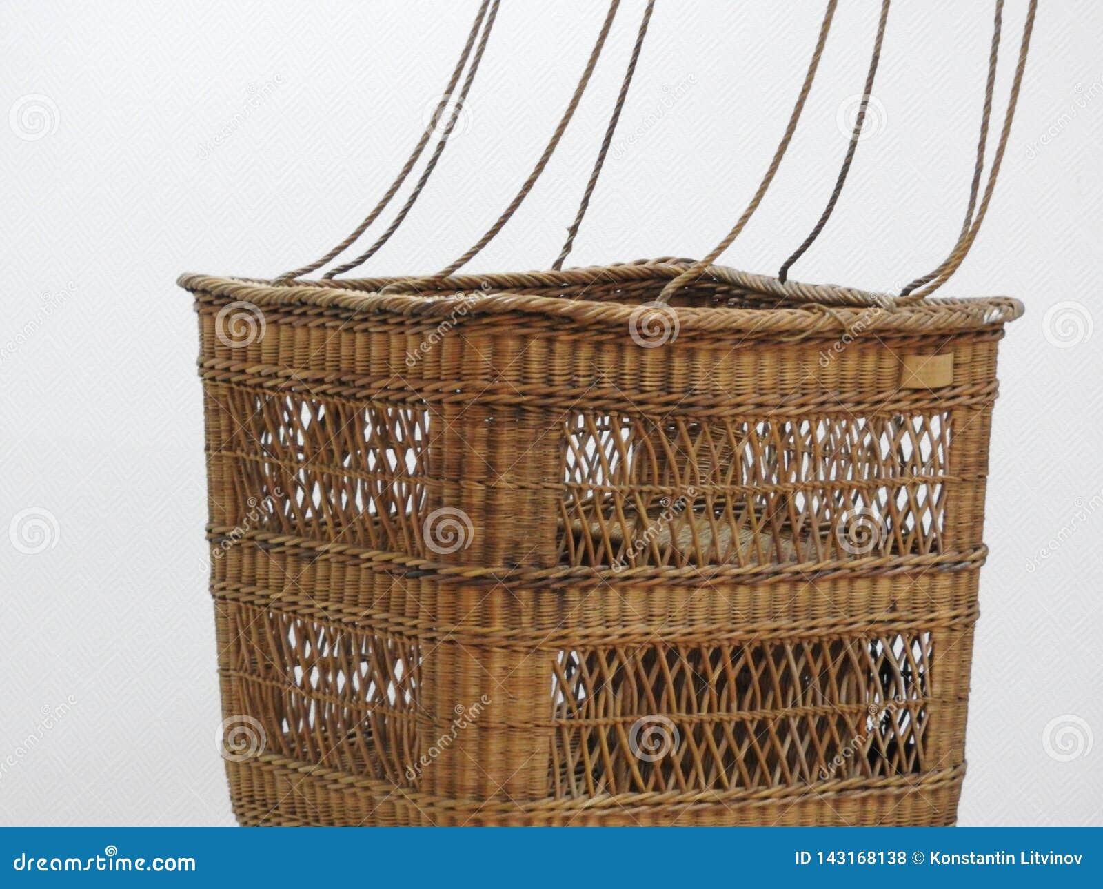 Esvazie a cesta do balão de ar quente no fundo branco