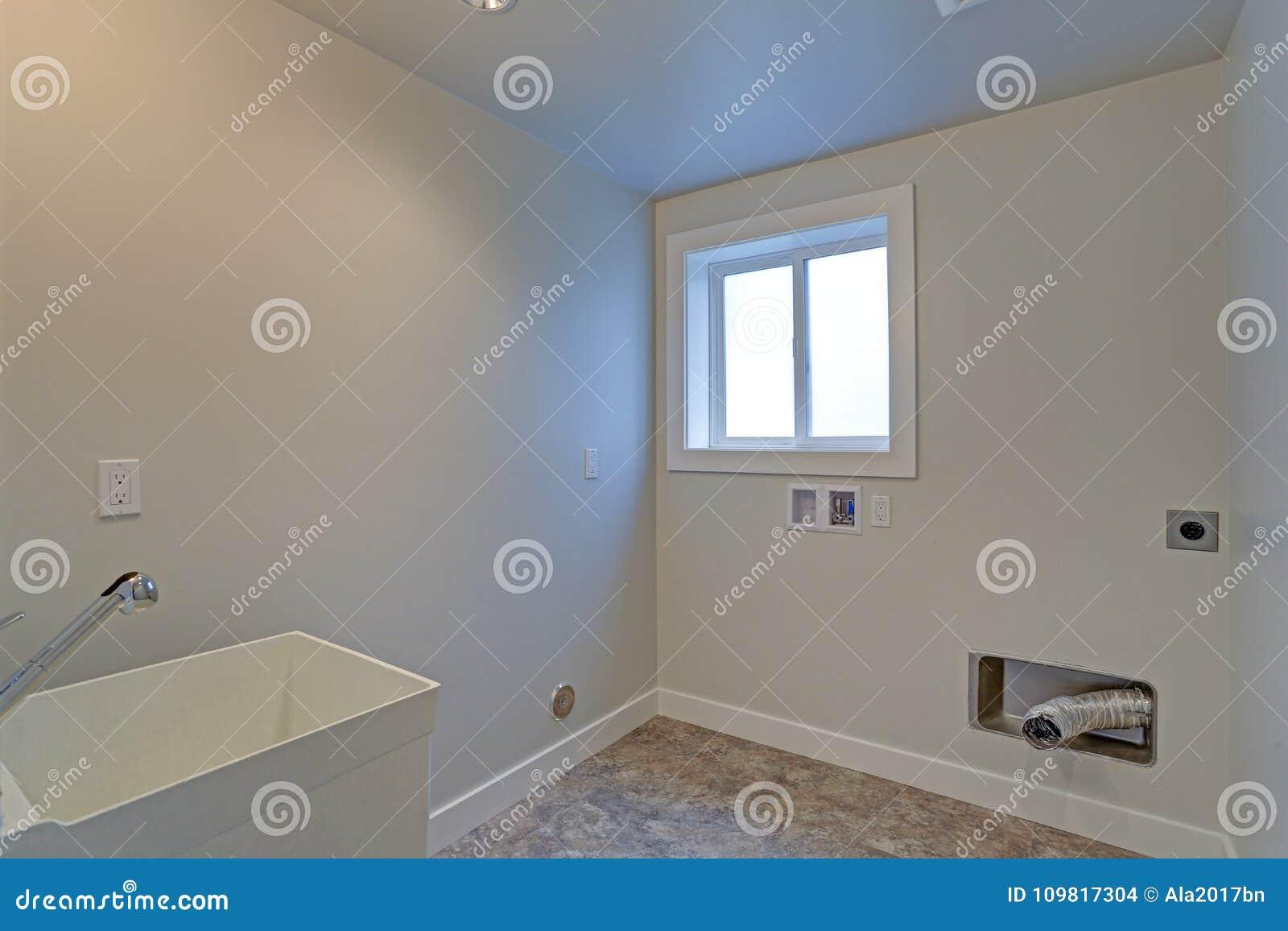 Esvazie a lavandaria renovada com paredes brancas