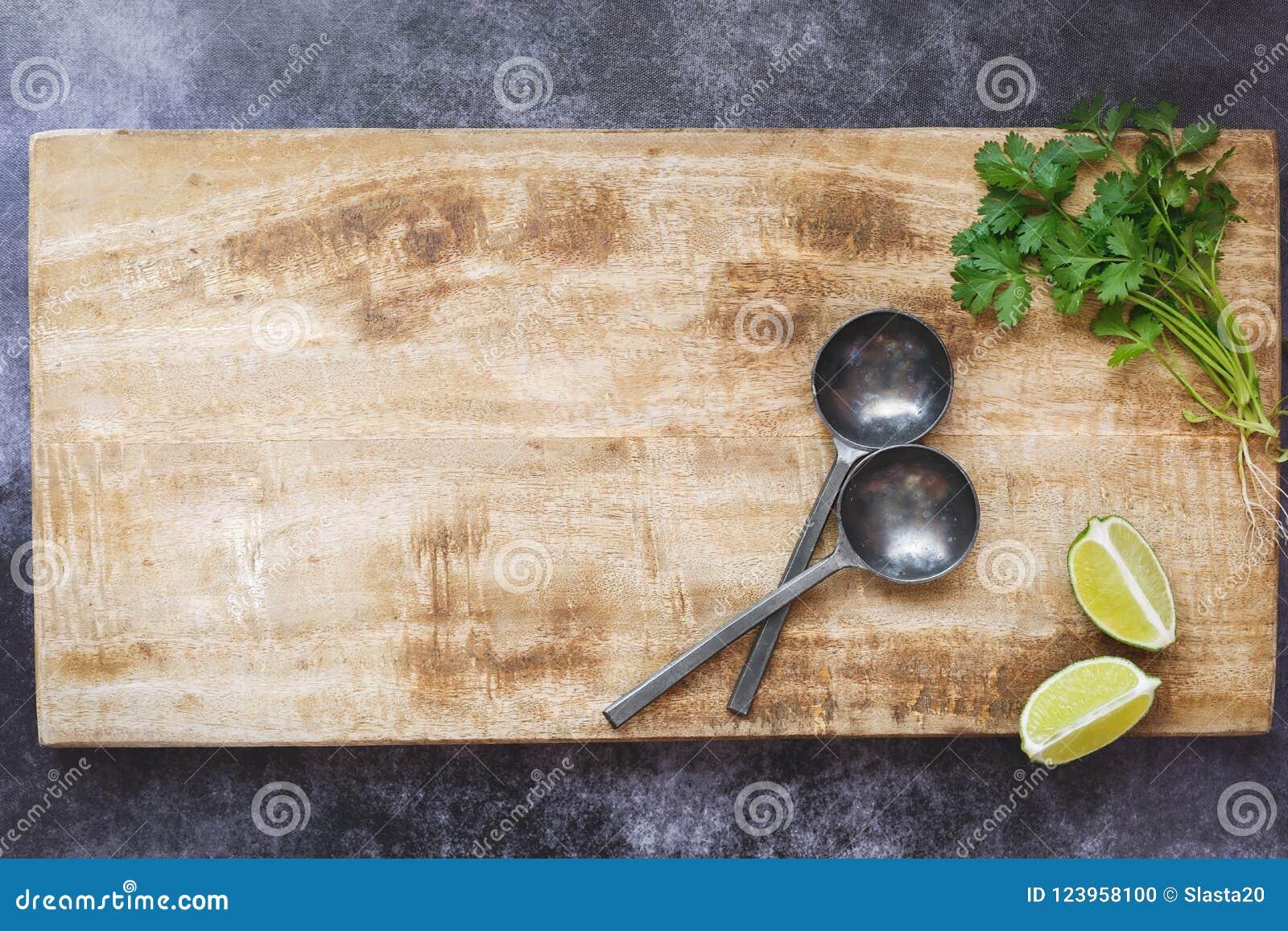 Esvazie a placa de corte de madeira, fundo culinário rústico