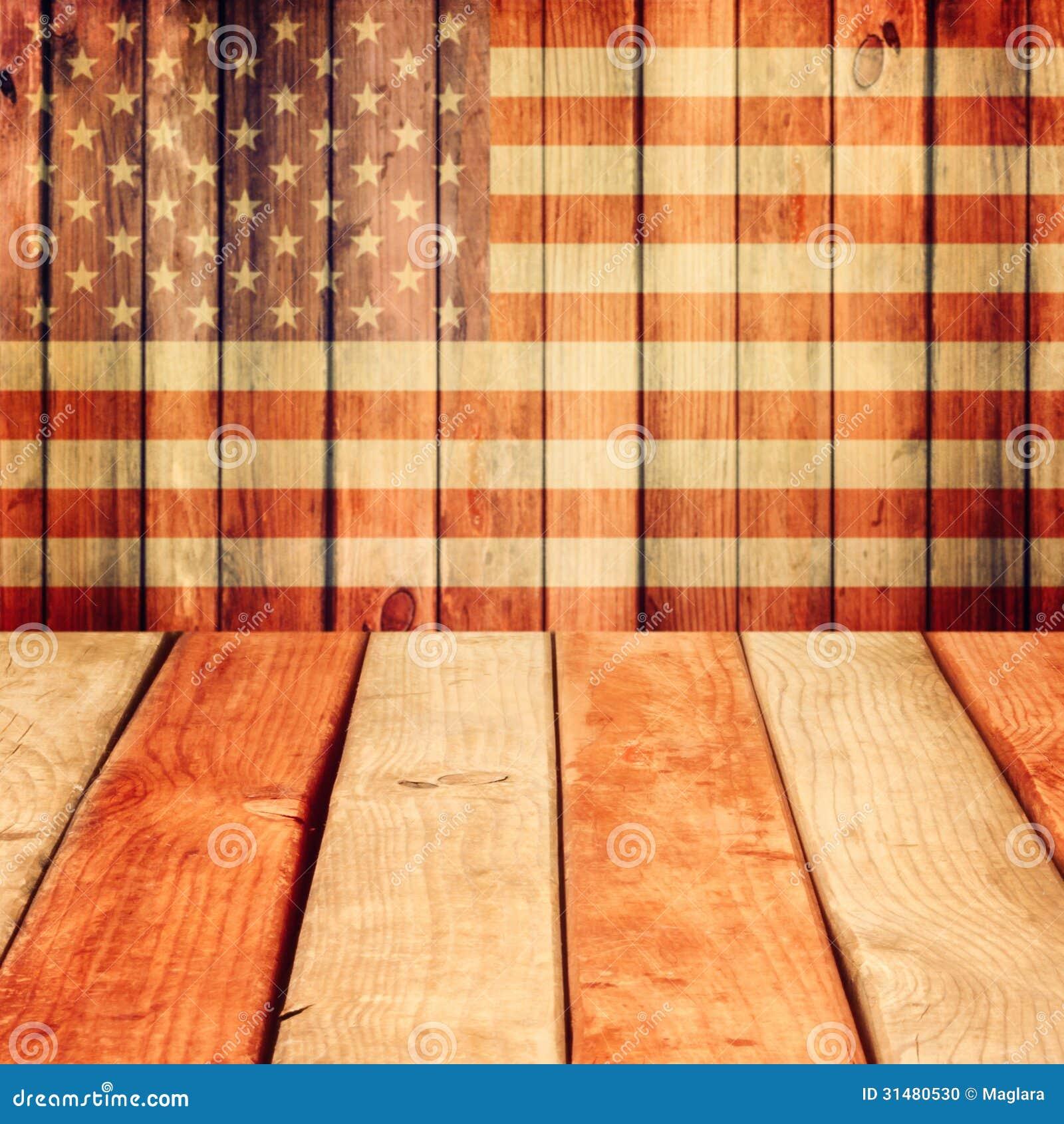 Esvazie a tabela de madeira da plataforma sobre o fundo da bandeira dos EUA. Dia da Independência, 4o do fundo de julho