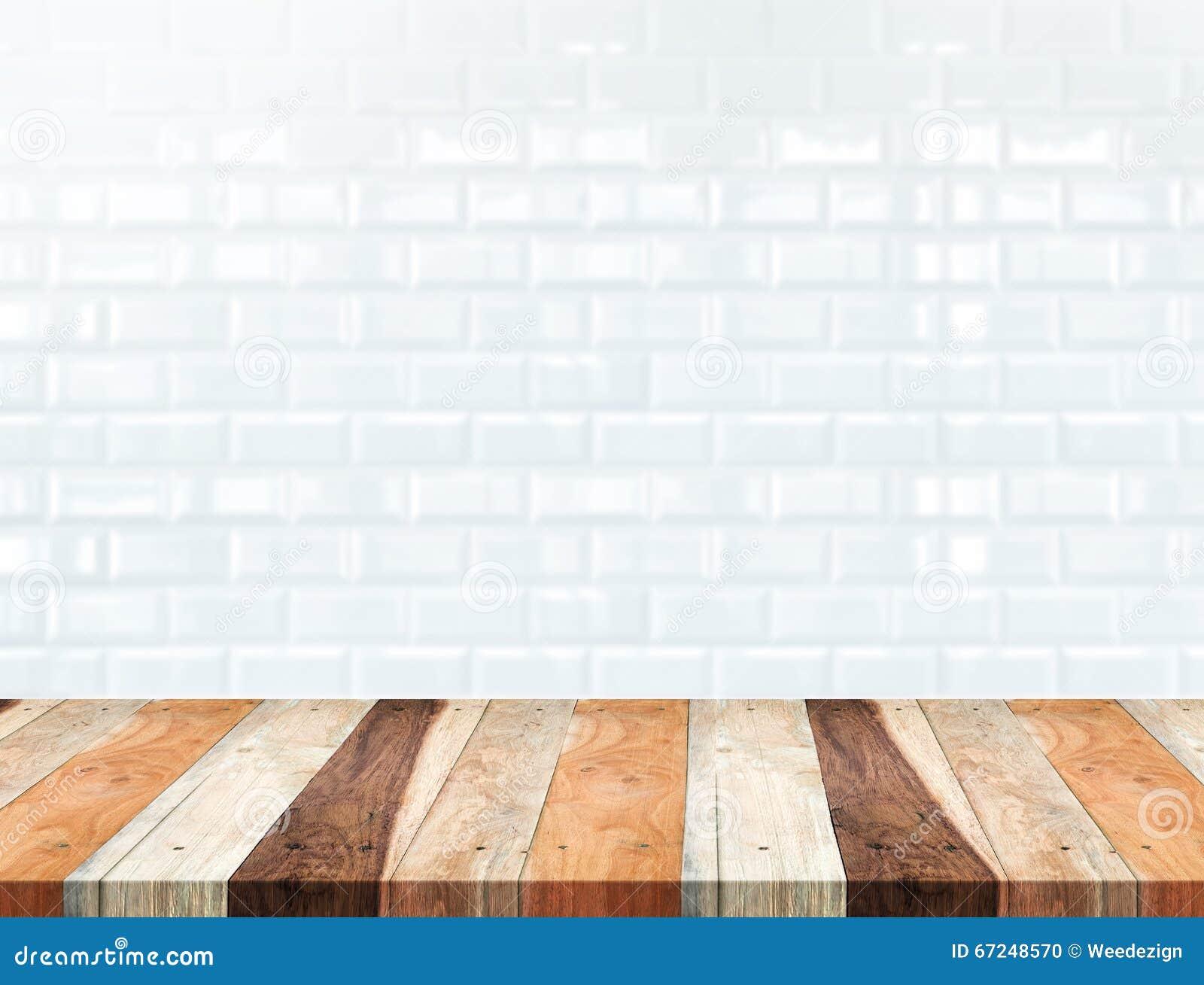 Esvazie a tabela de madeira tropical e borre a parede de tijolo branca do azulejo