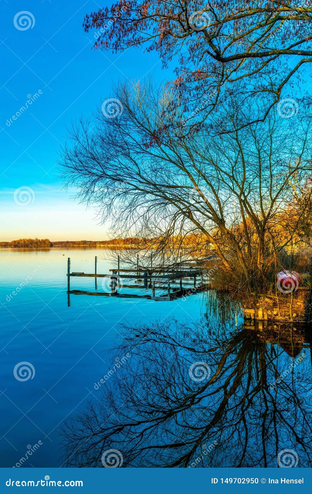 Etapa de aterrizaje de las reflexiones en agua