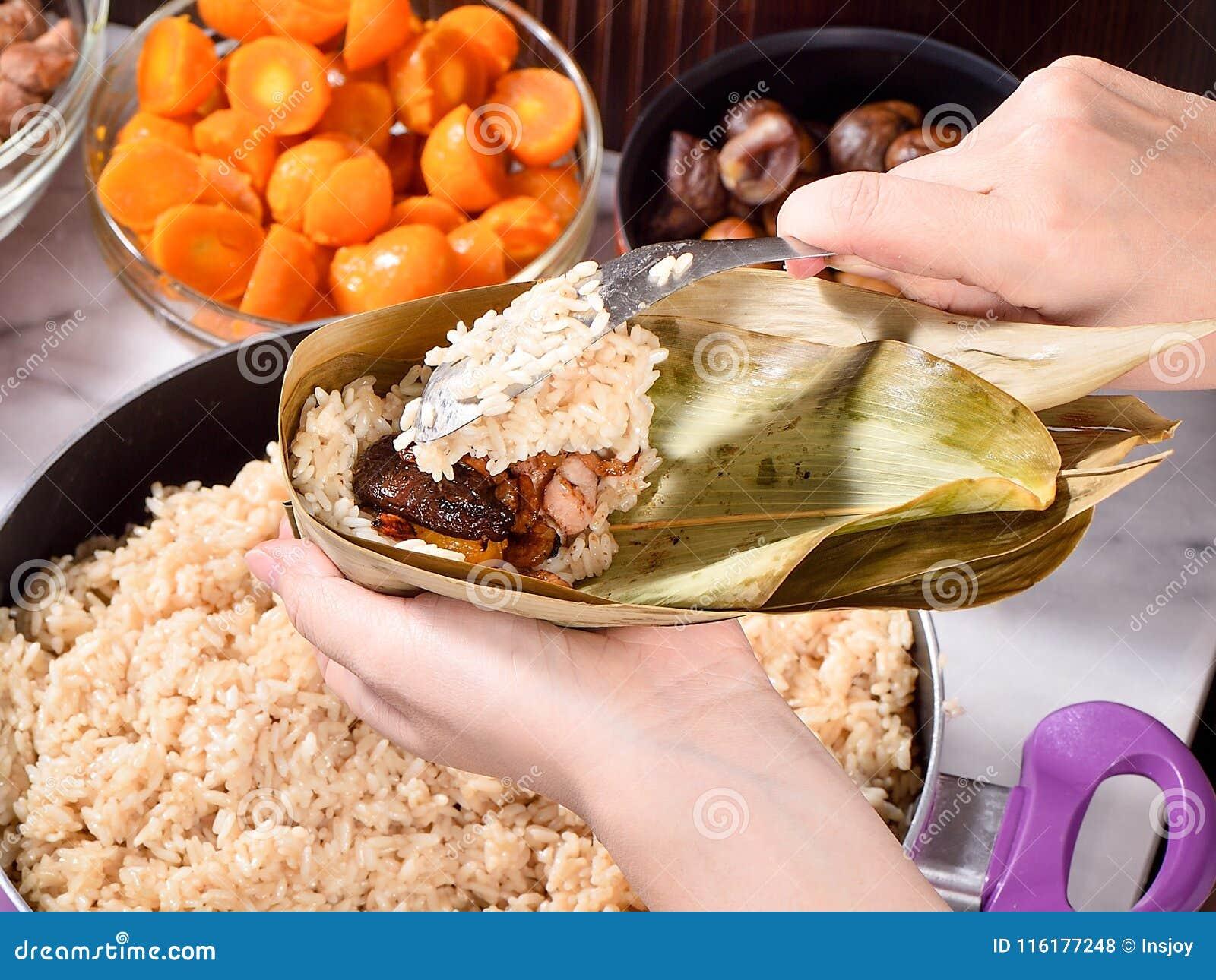 Etapa de procedimento de fazer a receita da bolinha de massa do zhonzi ou do arroz em Dragon Boat Festival