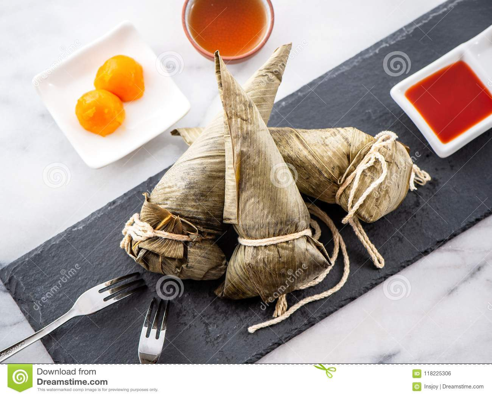 Etapa de procedimento de fazer a receita da bolinha de massa do zongzi ou do arroz em Dragon Boat Festival