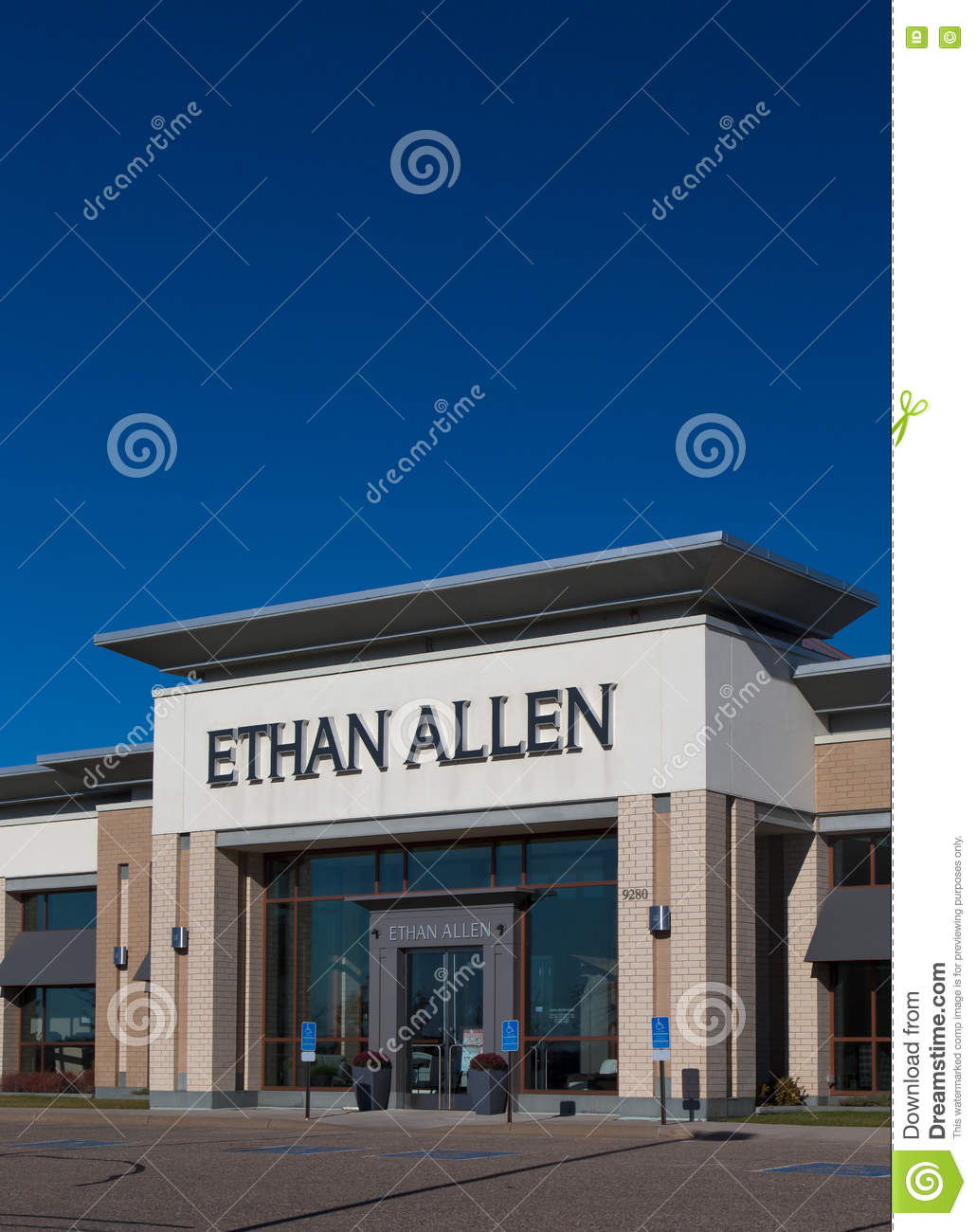 WOODBURY, MN/USA   NOVEMBER 13, 2016: Ethan Allen Store Exterior And Logo.  Thomasville Furniture Industries Is A Full Line Furniture Manufacturer.
