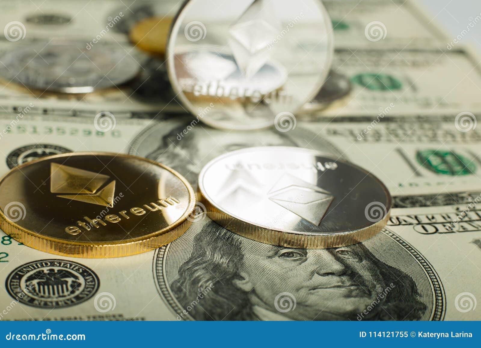 Ethereum moneta z innym cryptocurrency na dolarowych notatkach