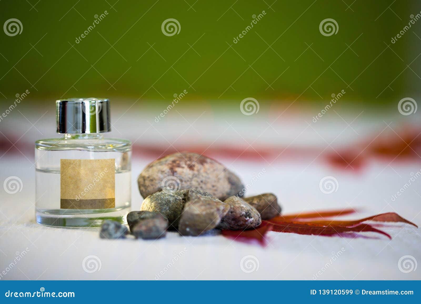 Etherische olie in mooie fles voor kuuroord en aromatherapy