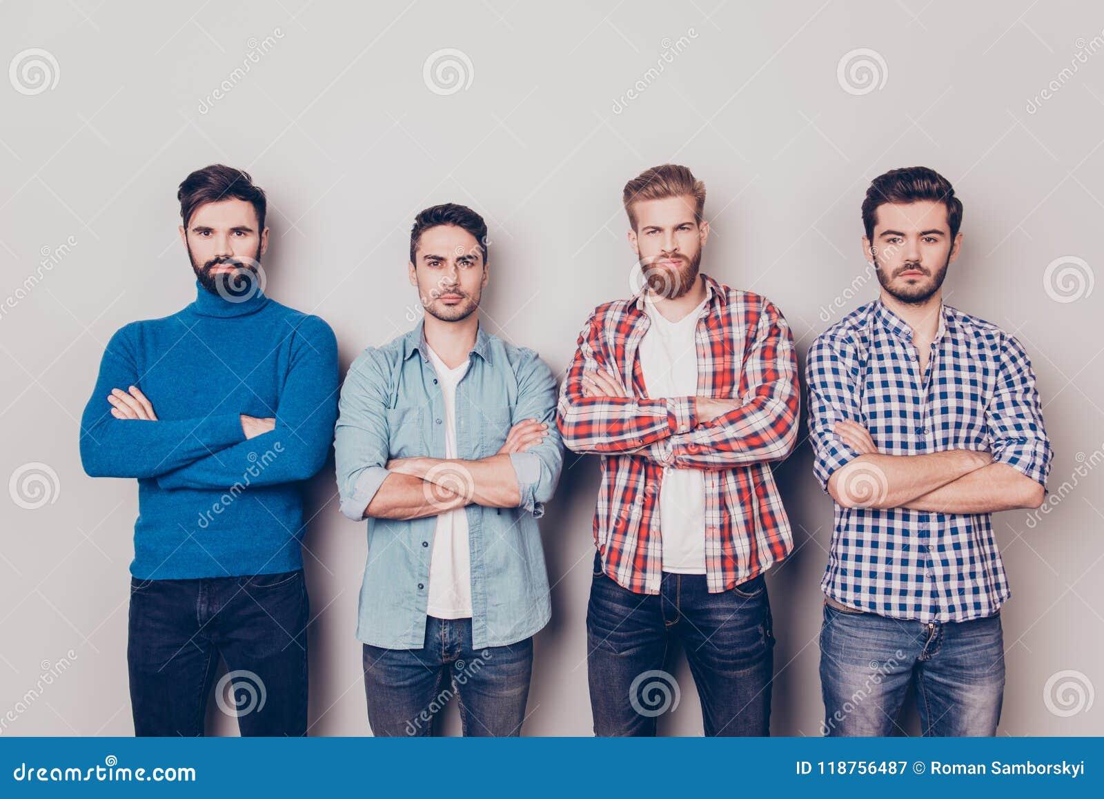 Ethnie, multikulturelle Verschiedenartigkeit Vier ernste raue Männer sind s