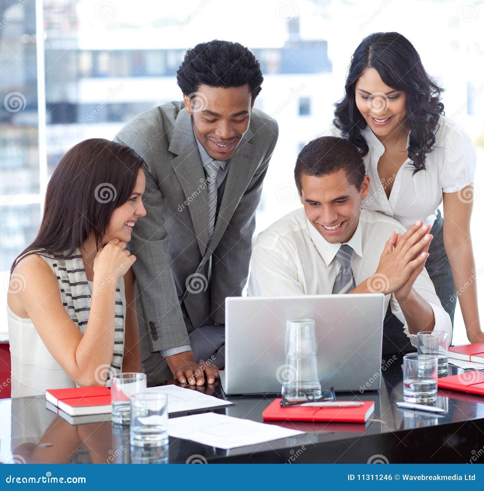 Ethnisches Geschäftsteam, das zusammenarbeitet