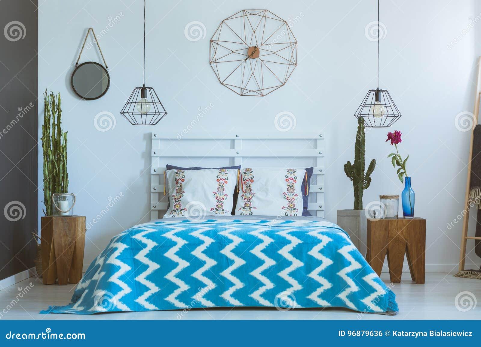 Ethnisches Schlafzimmer Kupferne Uhr Lampen Stockfoto Bild Von