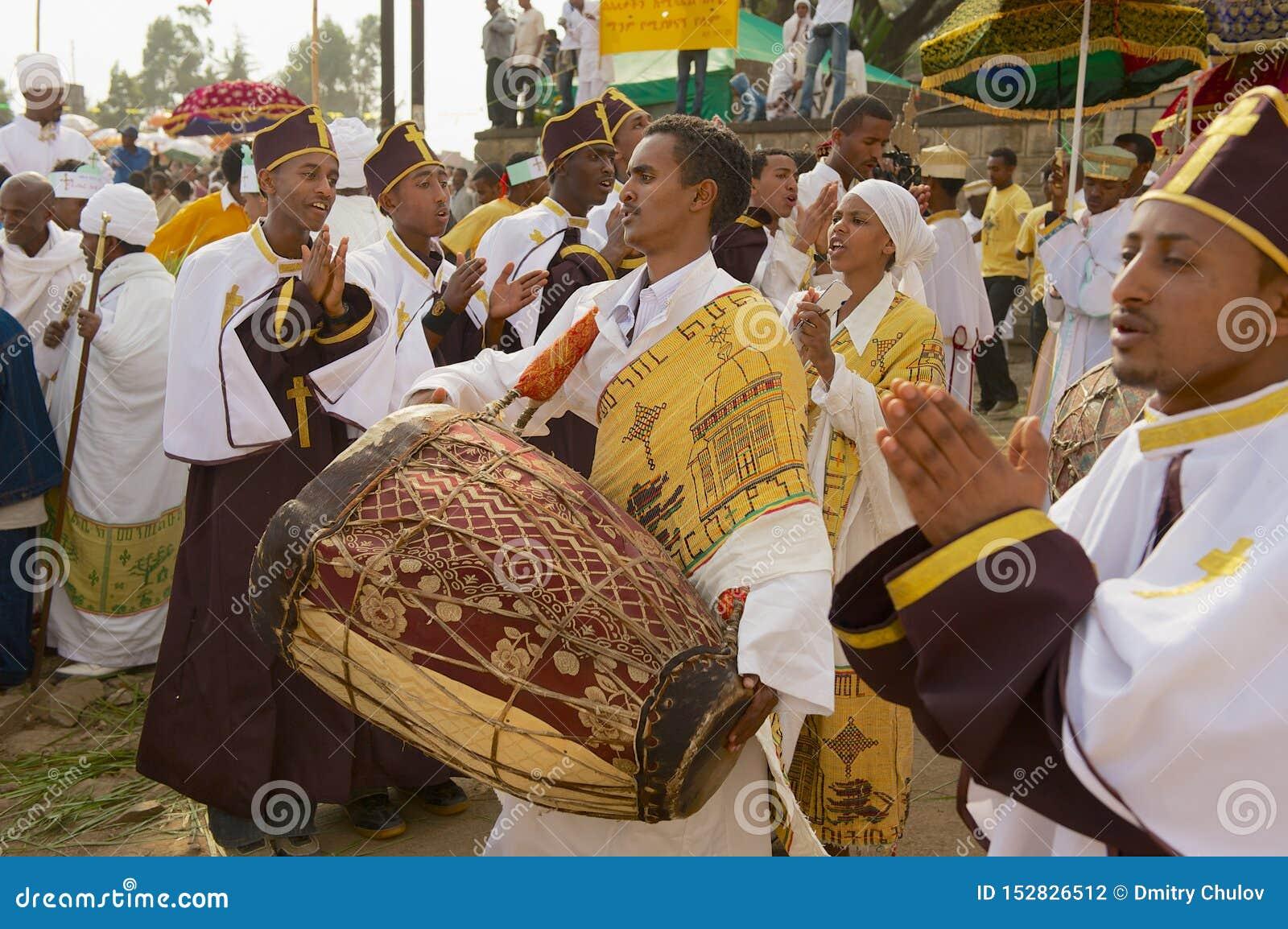 Etiopscy księża świętują Timkat religijnego Ortodoksalnego festiwal bawić się muzykę i tana przy ulicą w Addis Ababa, Etiopia