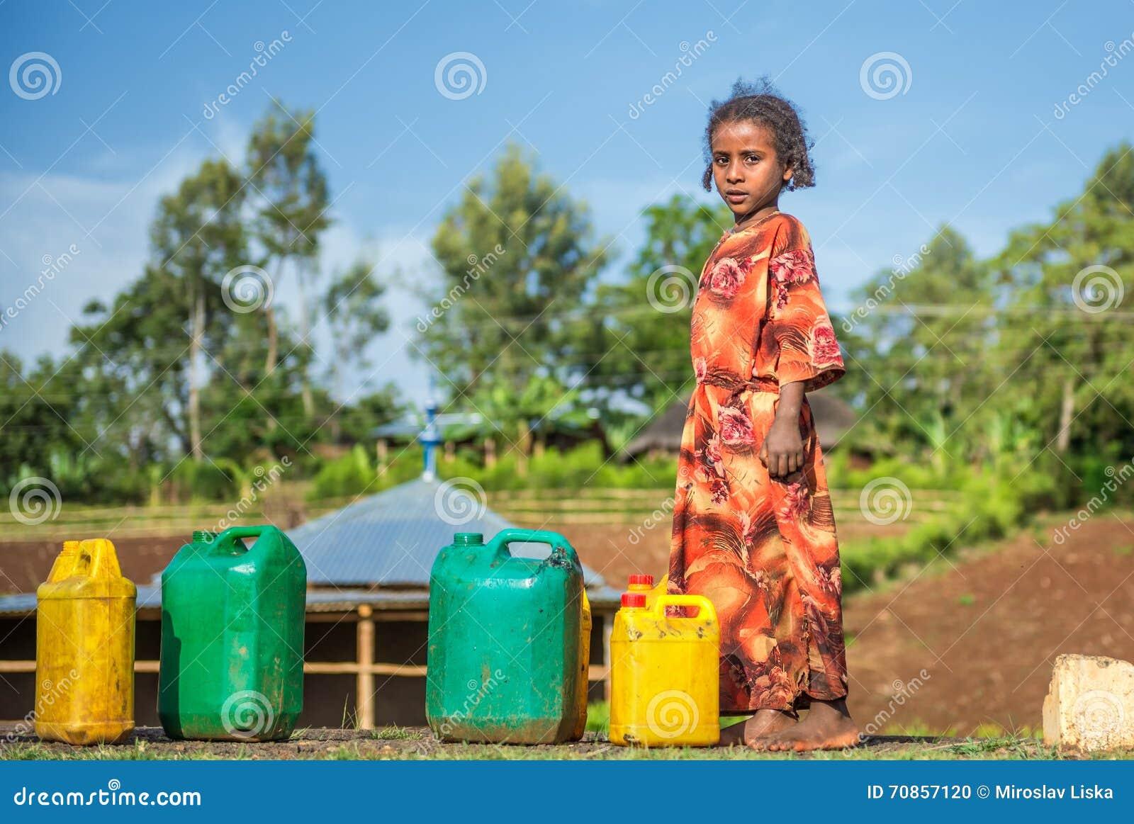 Etiopska dziewczyna iść dla wody blisko Addis Ababa, Etiopia