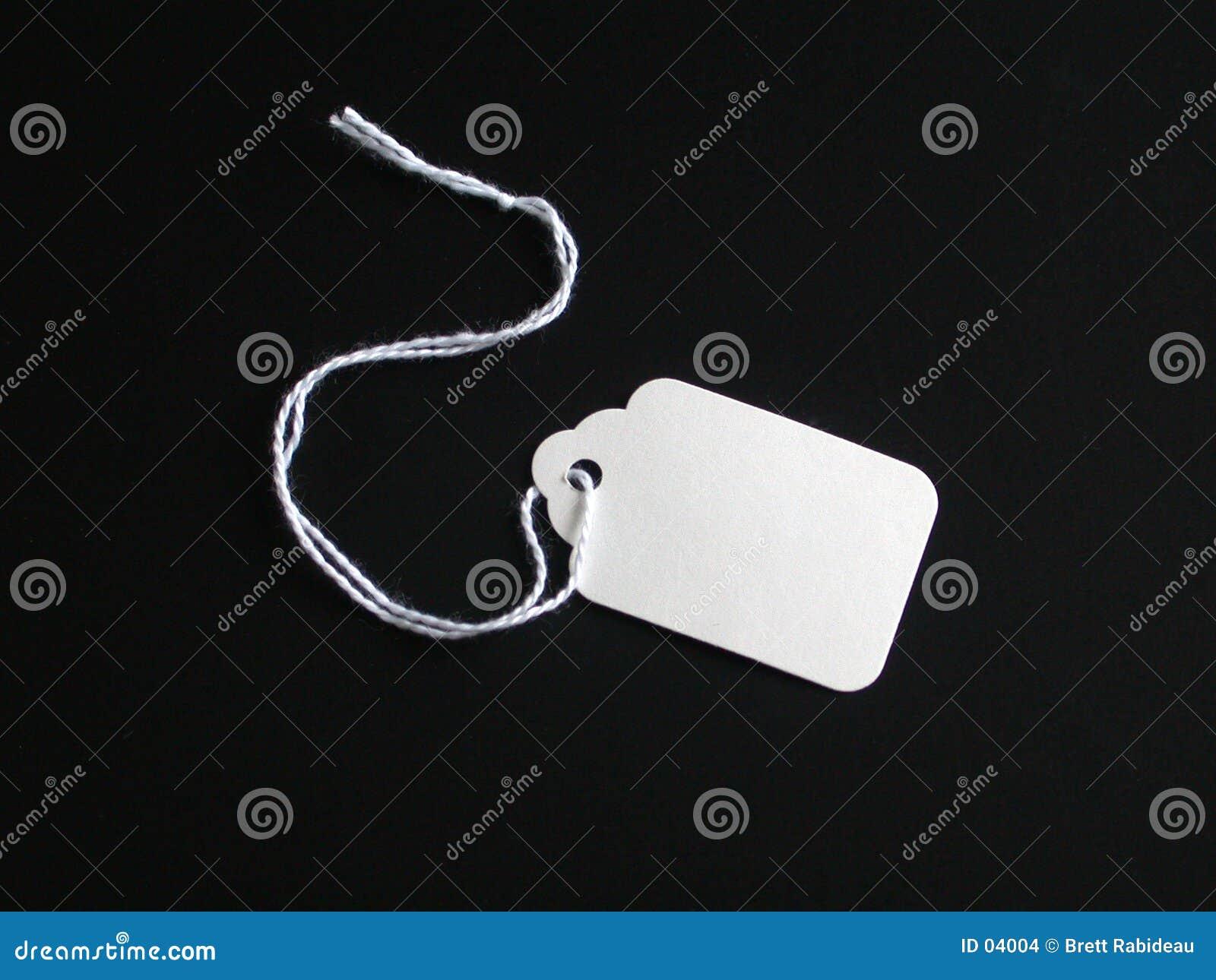 Etiqueta blanca en un fondo negro