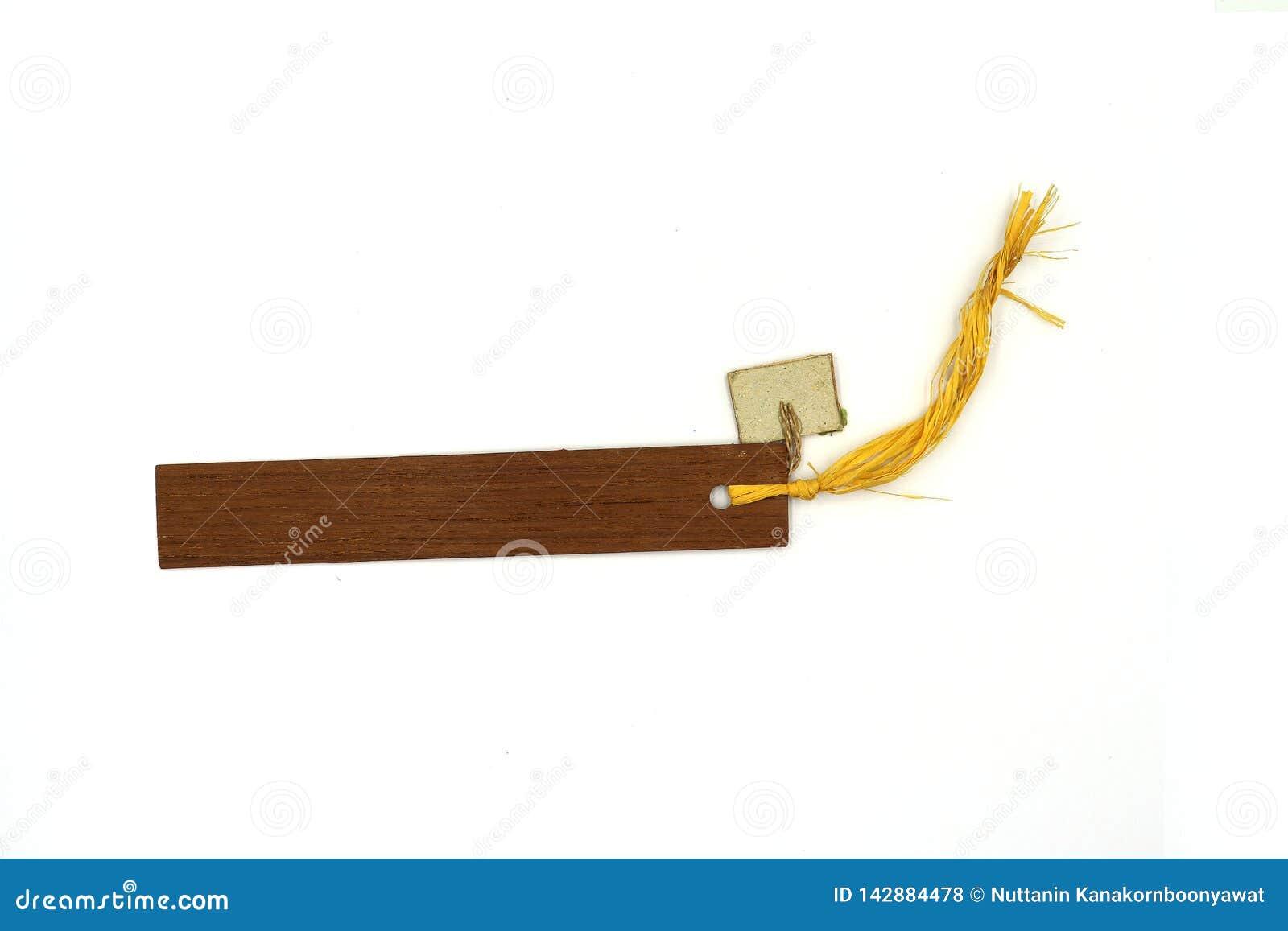 Etiqueta de madeira rústica com corda fina, marca de livro de madeira isolada no fundo branco