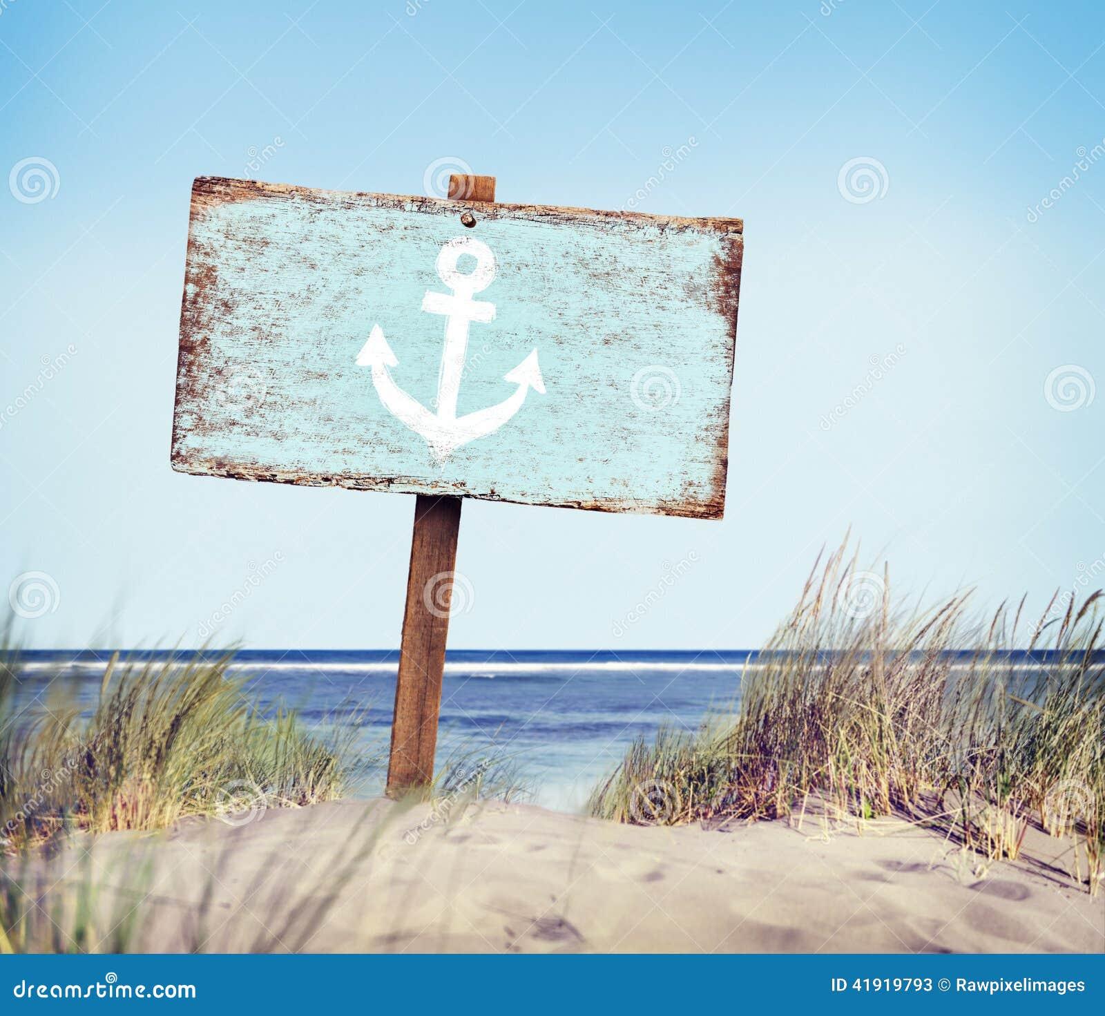Etiqueta de madera pintada azul en la playa
