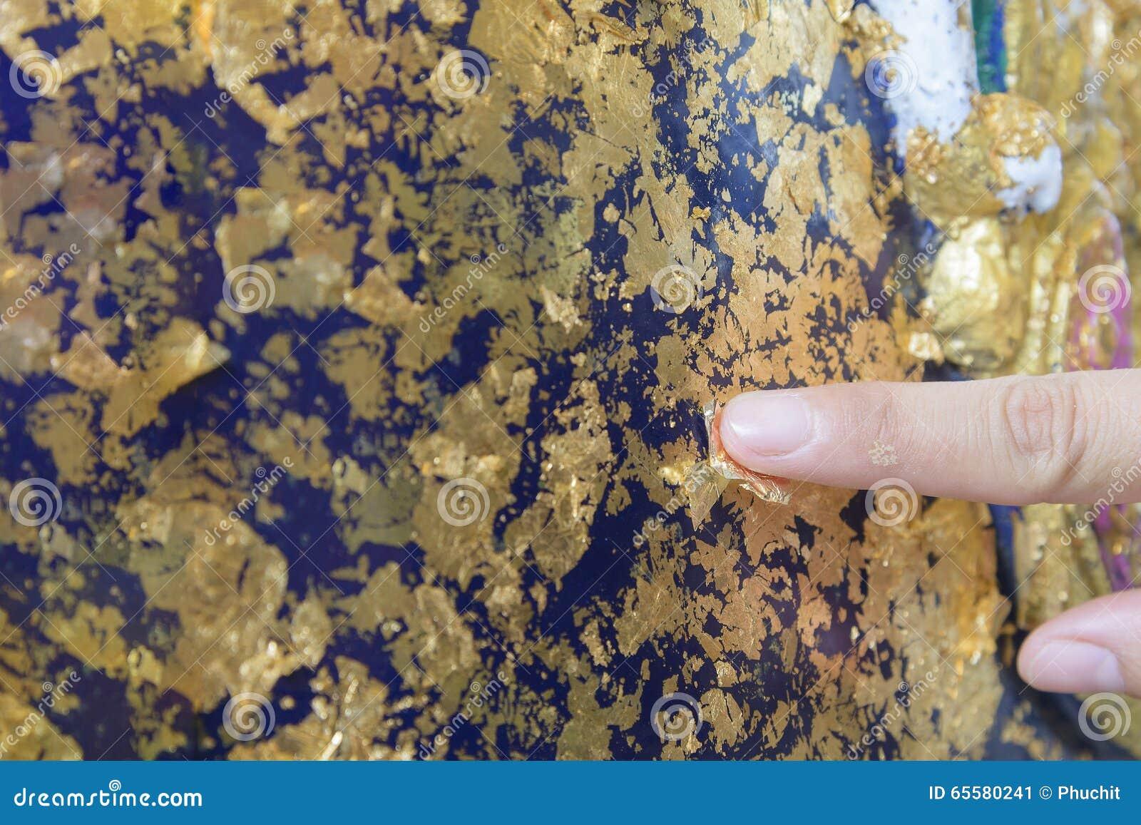 Etiqueta do ouro na estátua
