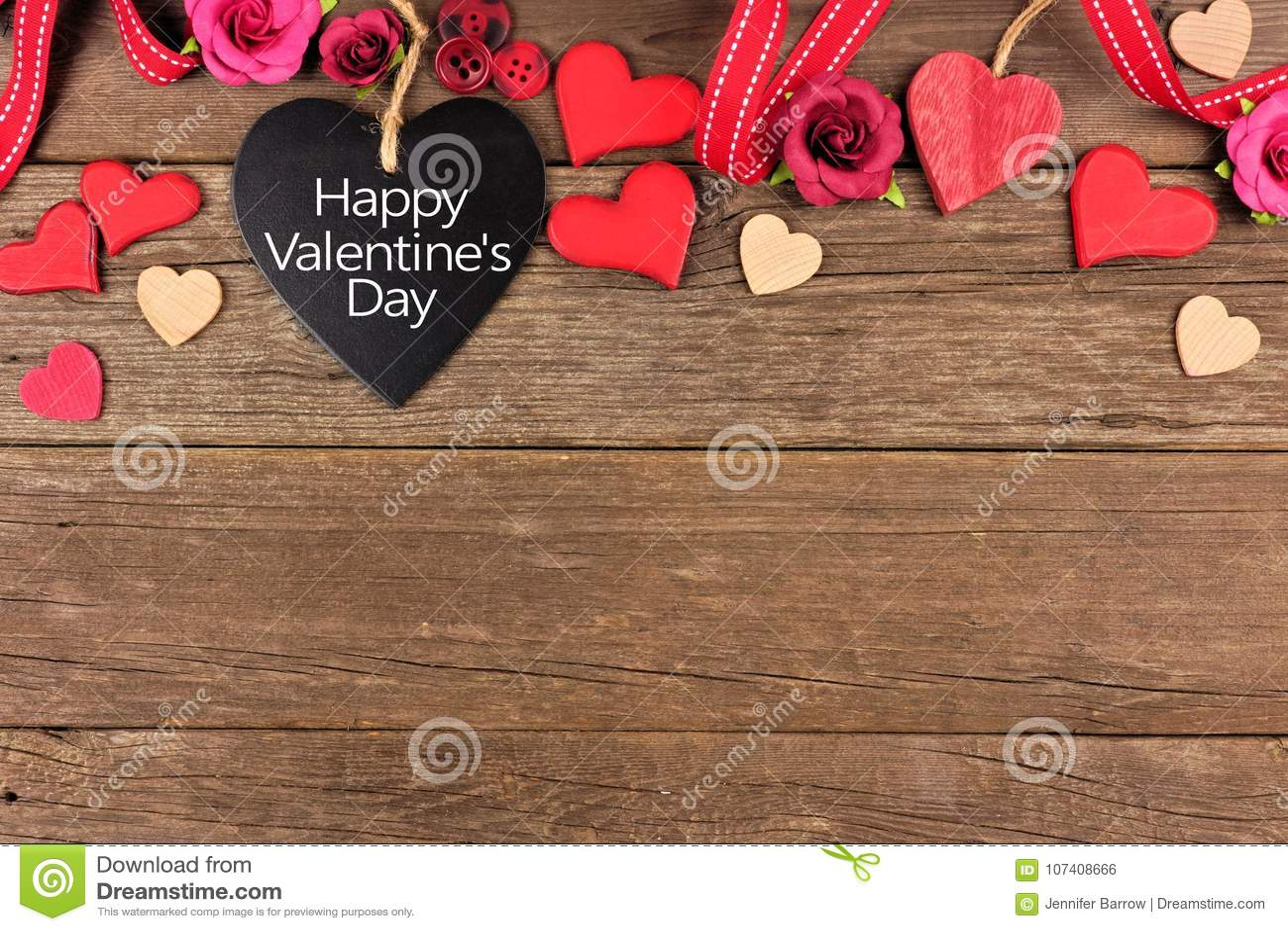 Etiqueta en forma de corazón feliz de la pizarra del día de tarjetas del día de San Valentín con la frontera contra la madera rús