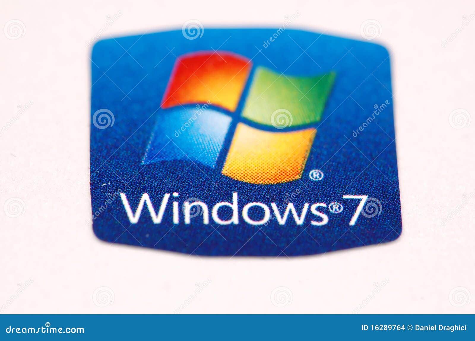 Etiqueta engomada de Windows 7 aislada en el fondo blanco