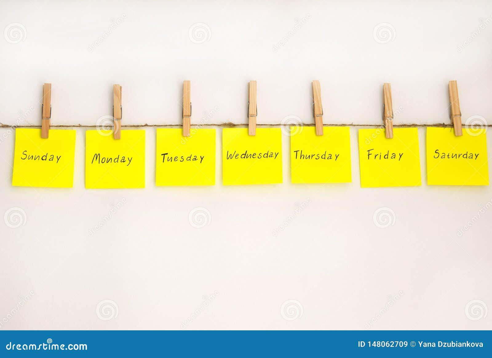 Etiquetas engomadas de las notas para recordar los d?as la semana Notas divertidas con las emociones pintadas, reflejando los d?a