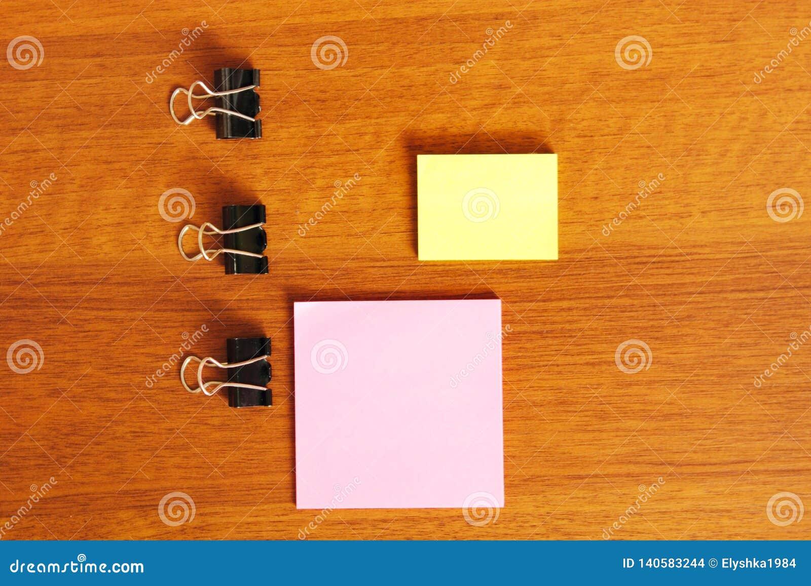 Etiquetas para notas em um fundo de madeira