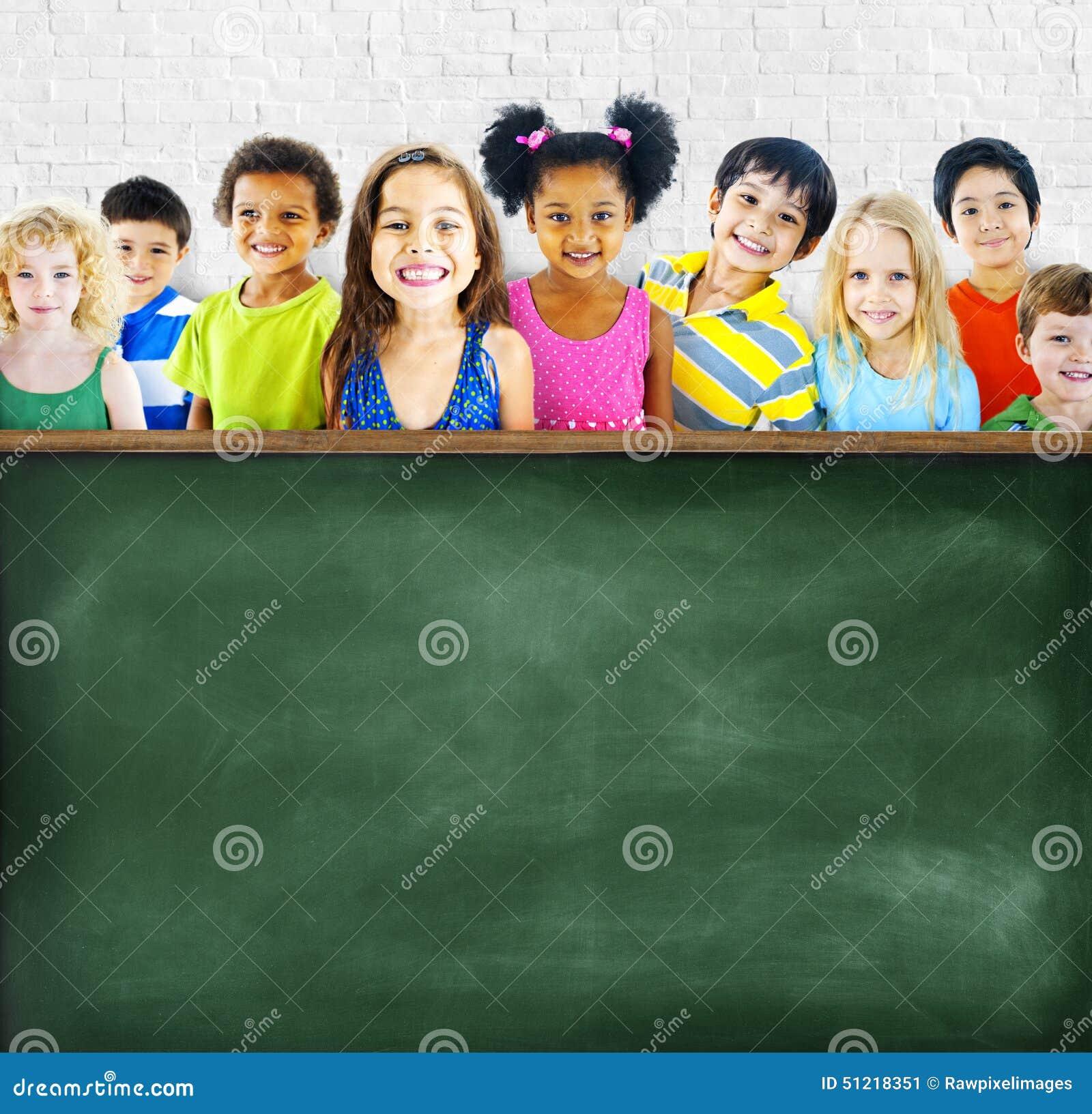 Etniczna grupa dzieci Opróżnia Blackboard pojęcie