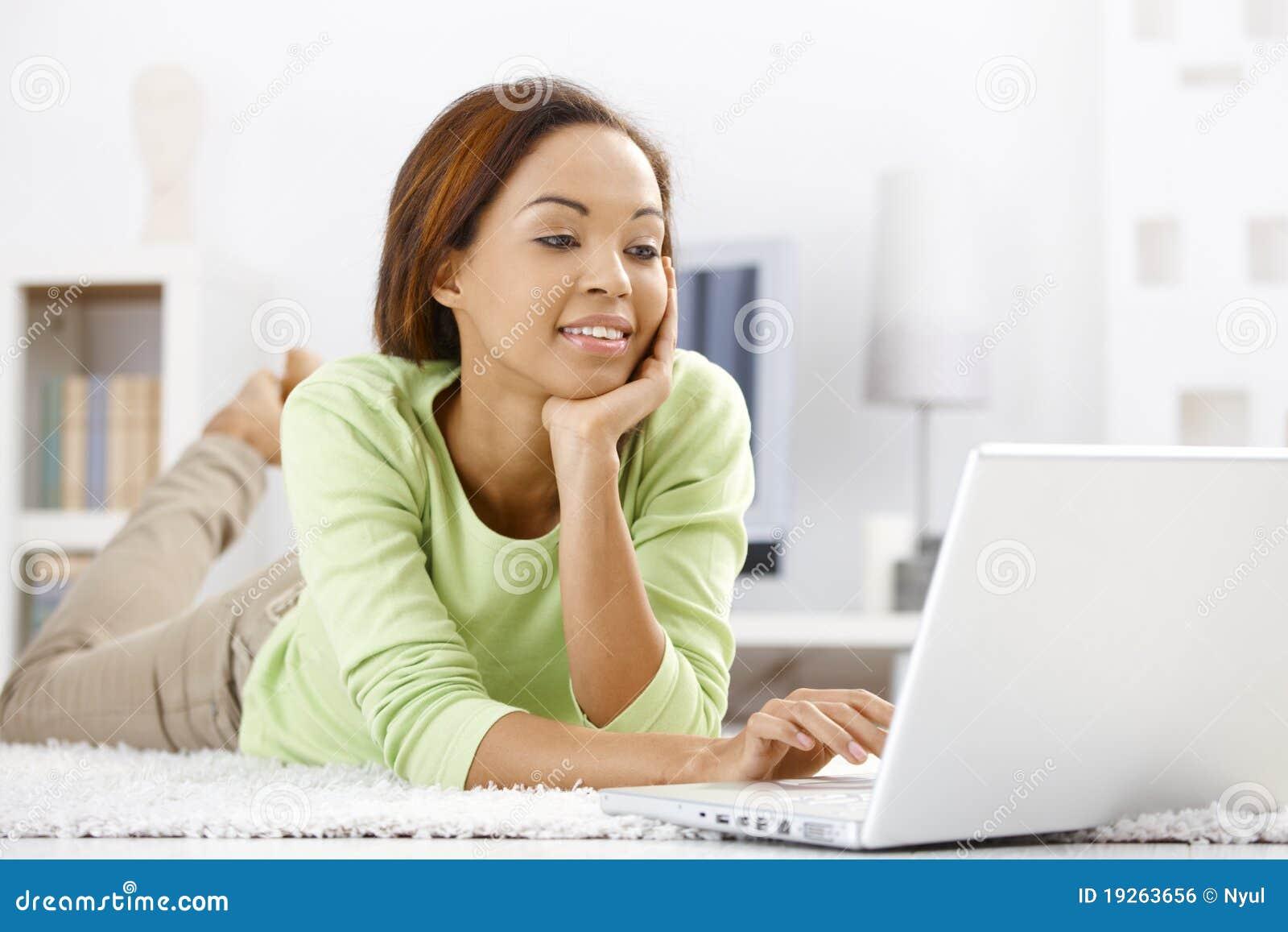 Etnicznego dziewczyny domu laptopu ładny używać