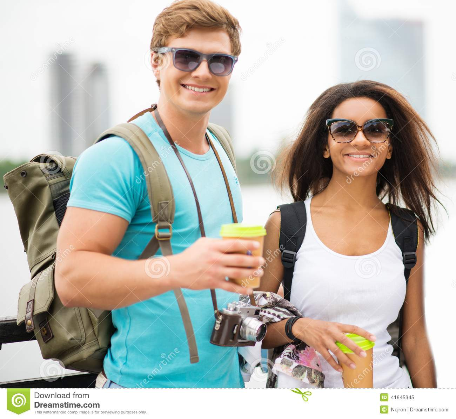 Etniczni para turyści w mieście