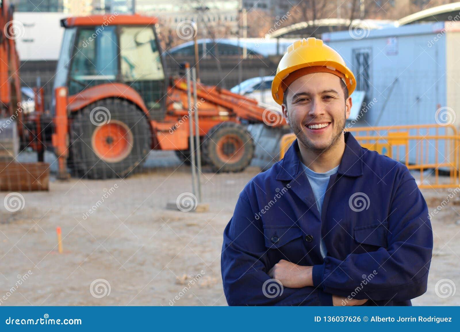 Etniczny pracownik budowlany z kopii przestrzenią