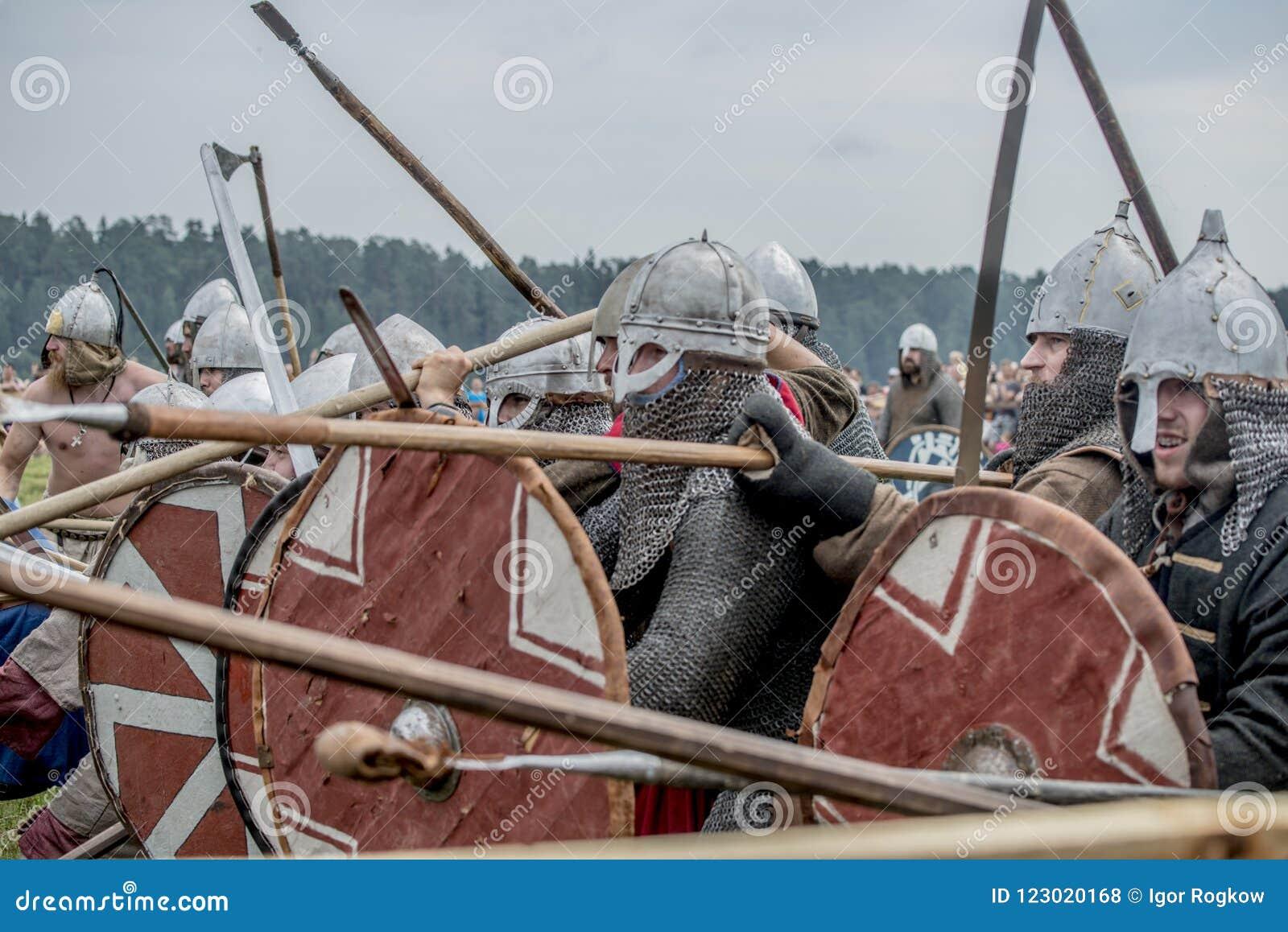 Etnisch Festival van Oude Cultuur Wederopbouw van middeleeuwse strijders van ridders in slag