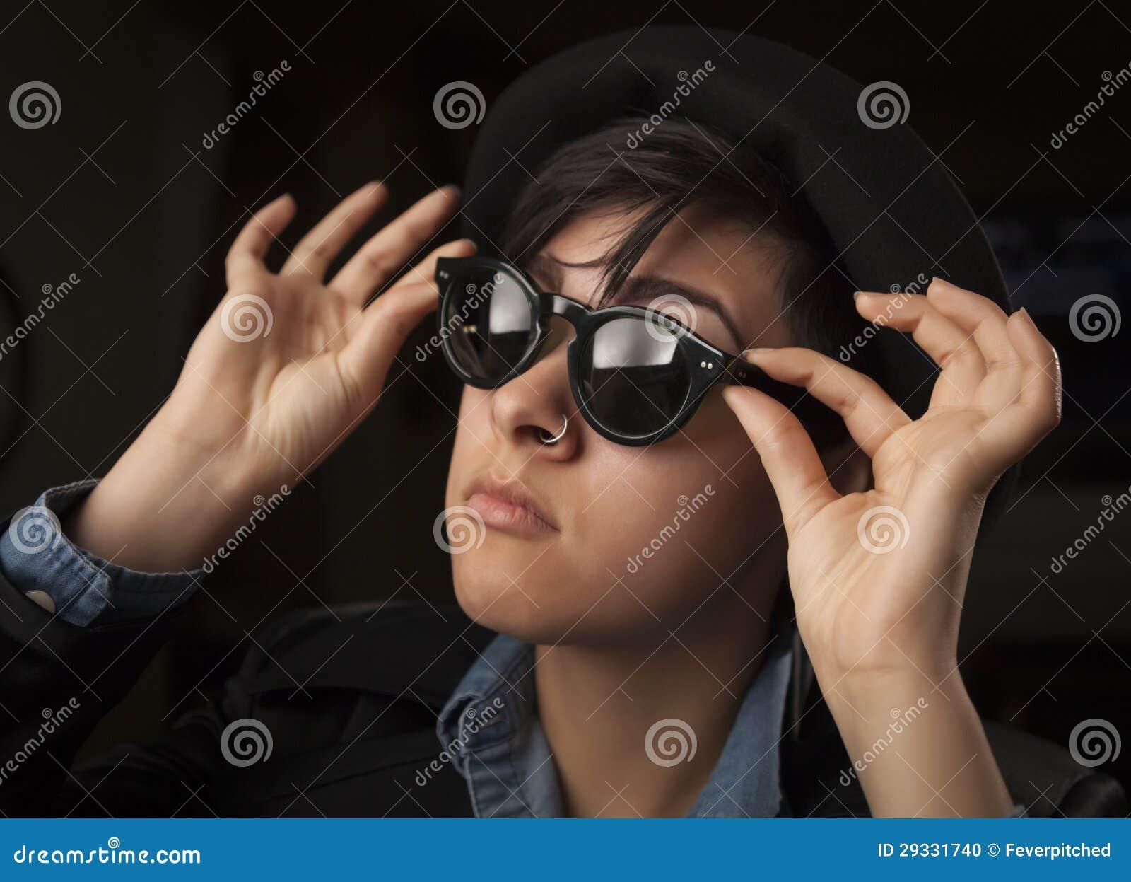 Etnisch Gemengd Meisje die Zonnebril dragen