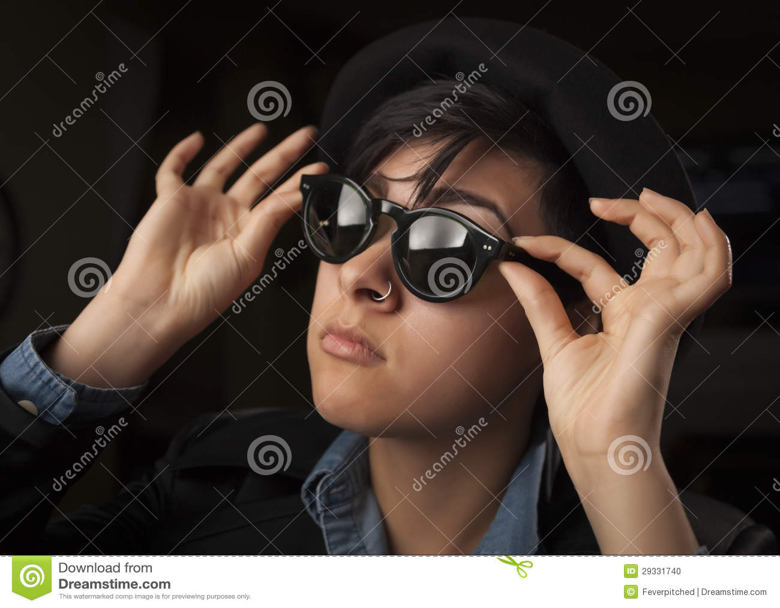 Etnisk blandad flicka som ha på sig solglasögon