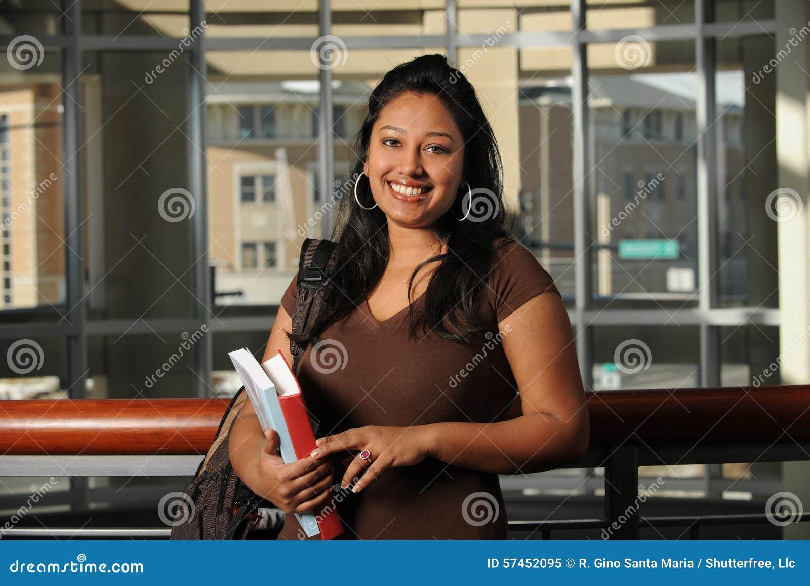 Etnisk högskolestudent Inside Building