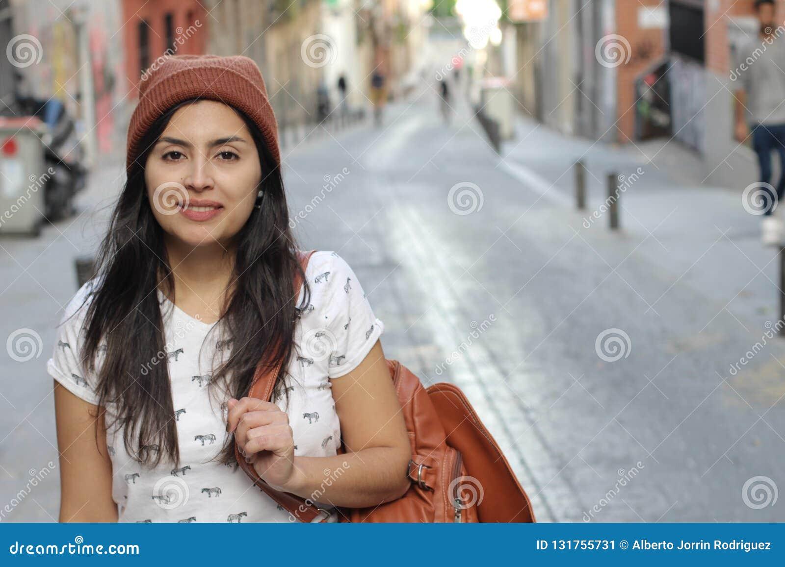 Etnisk kvinna för höft med kopieringsutrymme