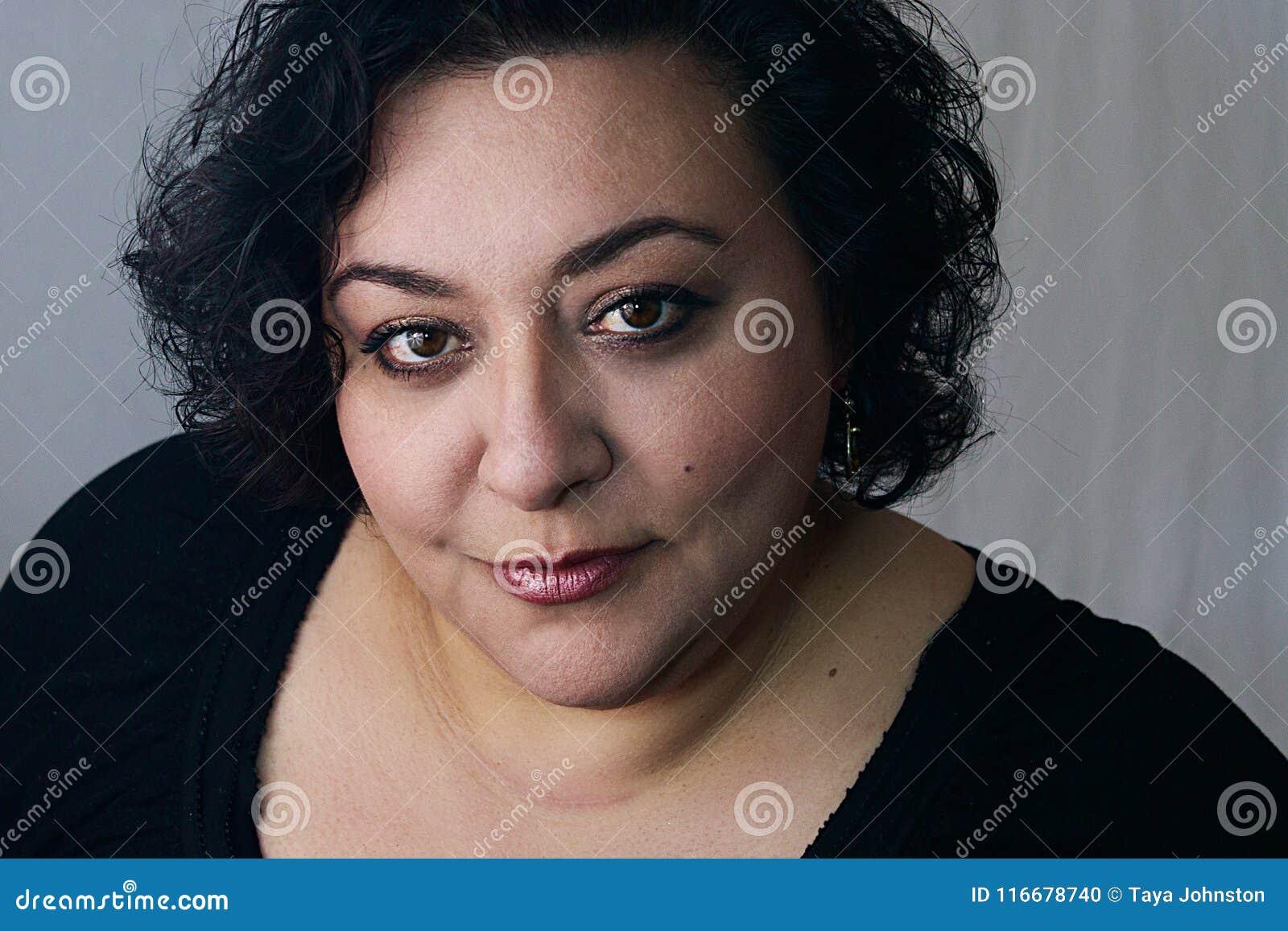 Etnisk kvinna med makeup