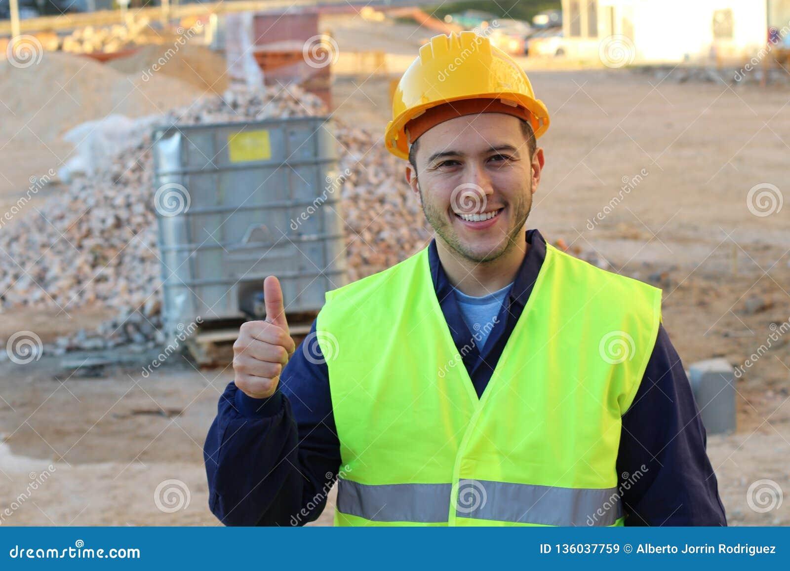 Etniskt ge sig för byggnadsarbetare tummar upp