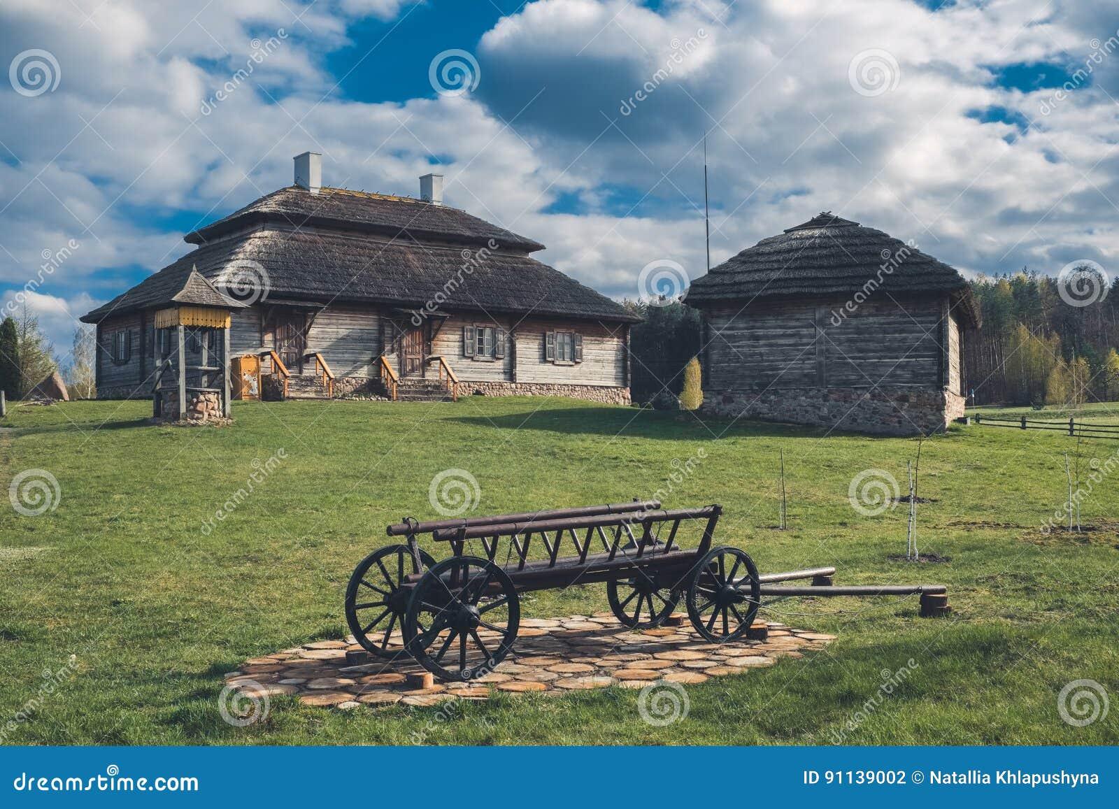 Etniskt hus på lantligt landskap - födelseort av osciuszkoen i den Kossovo byn, Vitryssland