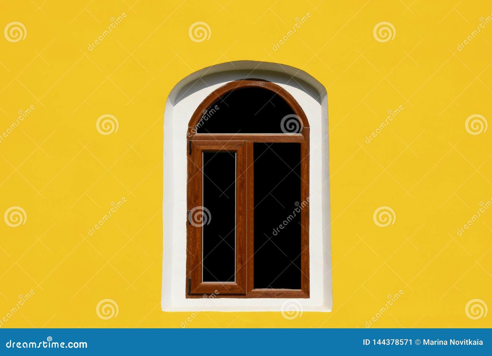 Ett bågefönster på den gula väggen