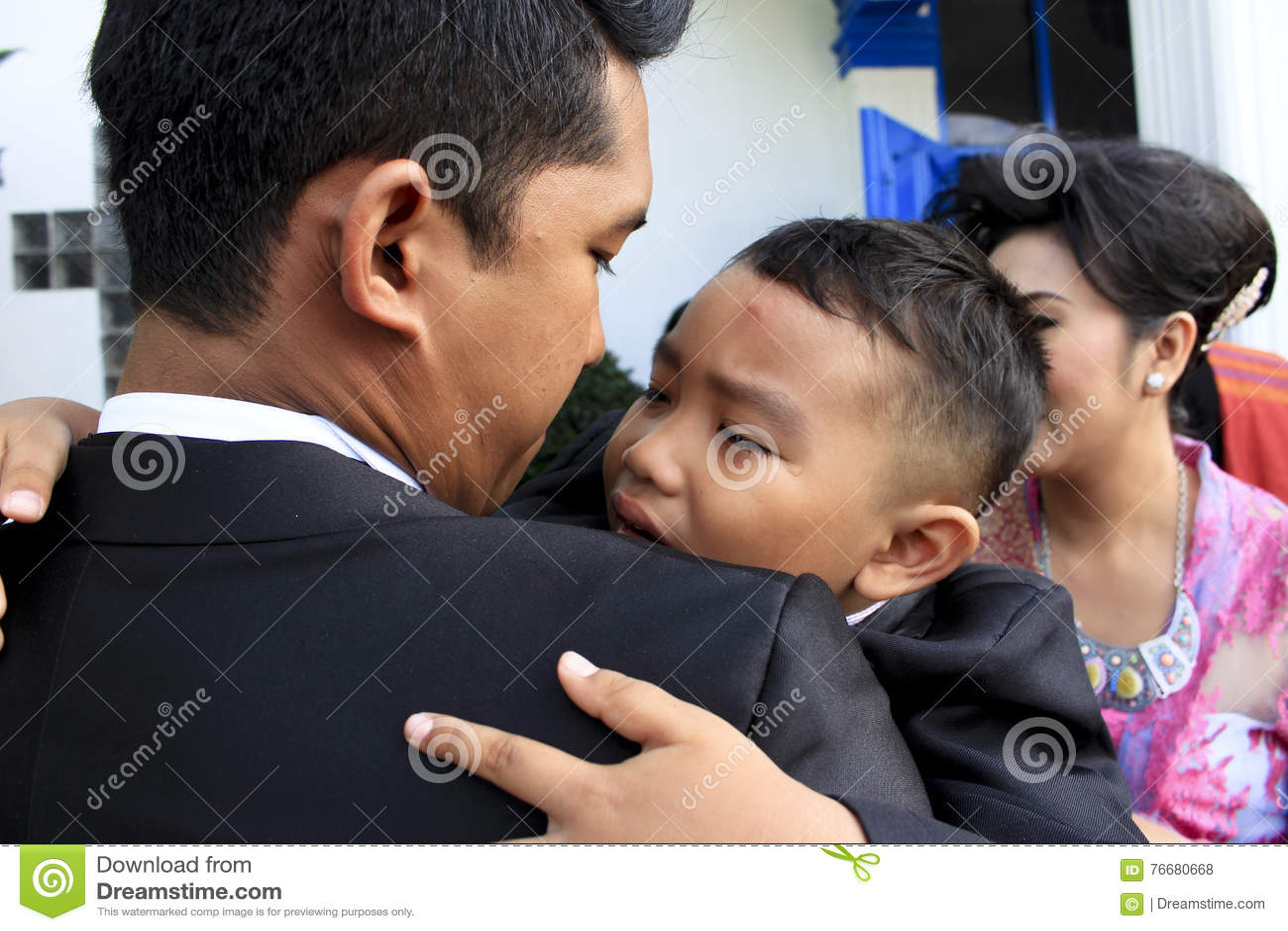 Ett barn grät i hans varv för farbror` s