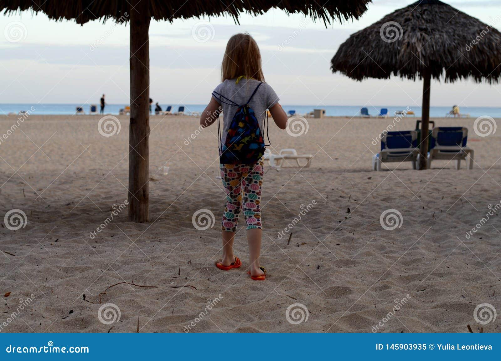 Ett barn på kusterna av Atlanticet Ocean!