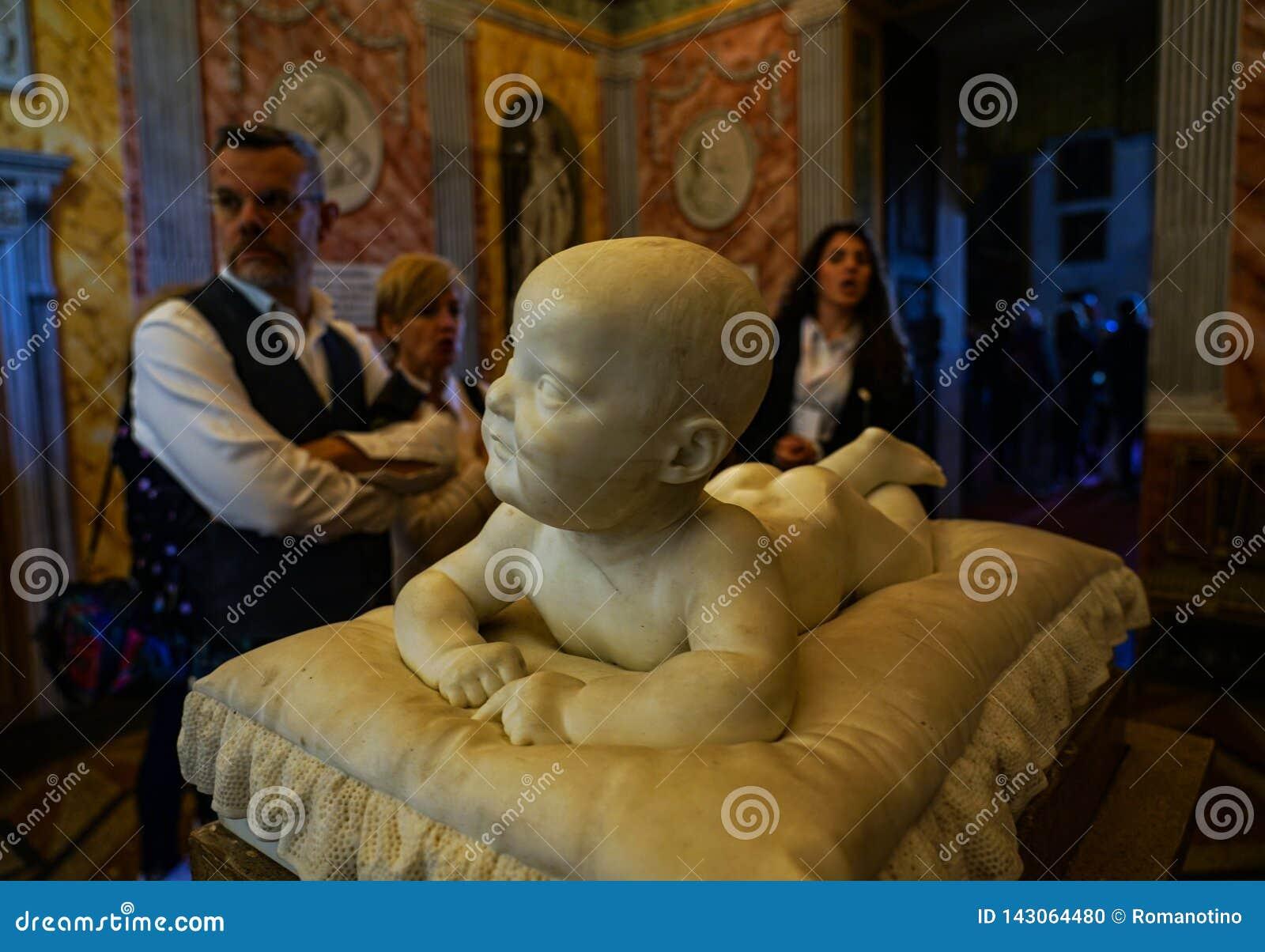 Ett barn som ligger i marmor av slotten av Masino
