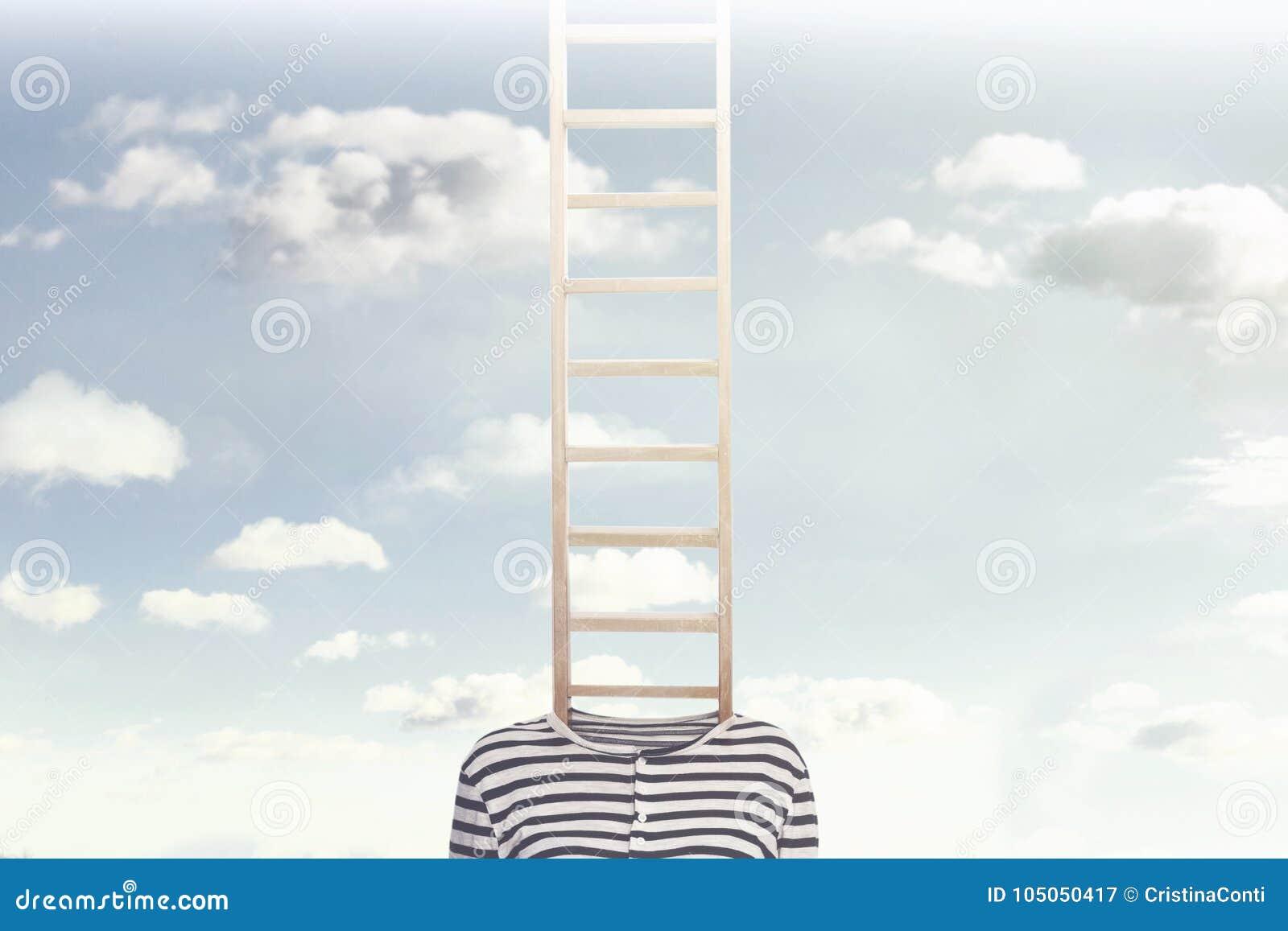 Ett begreppsmässigt foto med en stege som kommer ut ur en kropp för person` s och klättrar in mot en molnig himmel