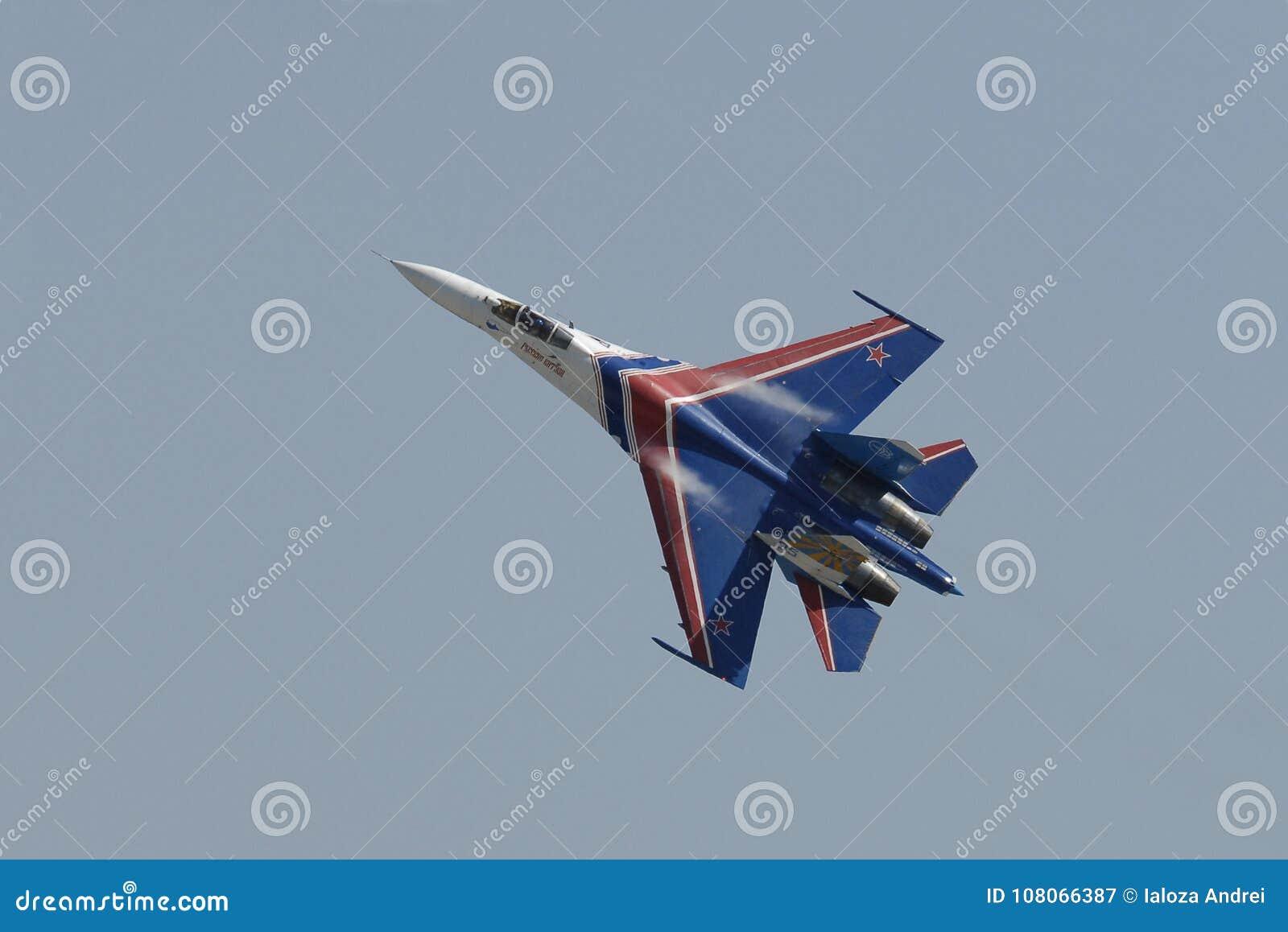 Ett enkelt flyg av piloten MIG29 på en flygshow i staden av Pushkin