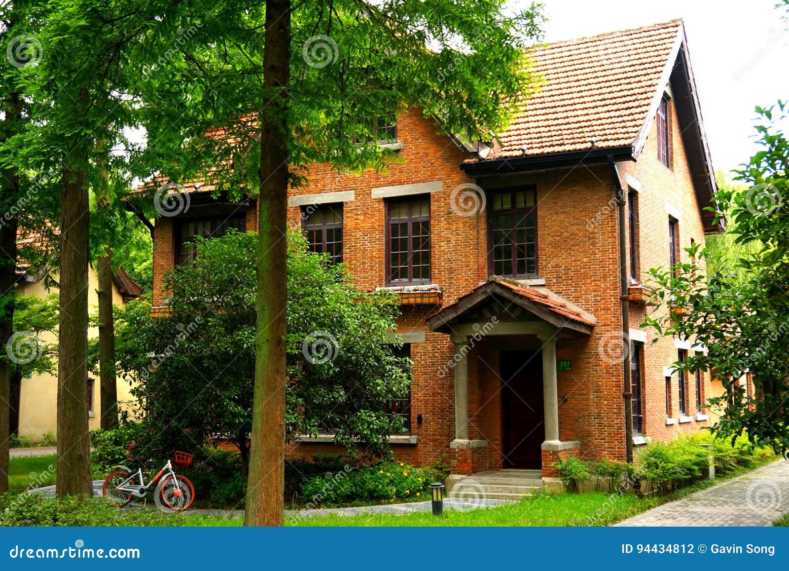 Ett europeiskt stilhus för orange tegelsten i träna