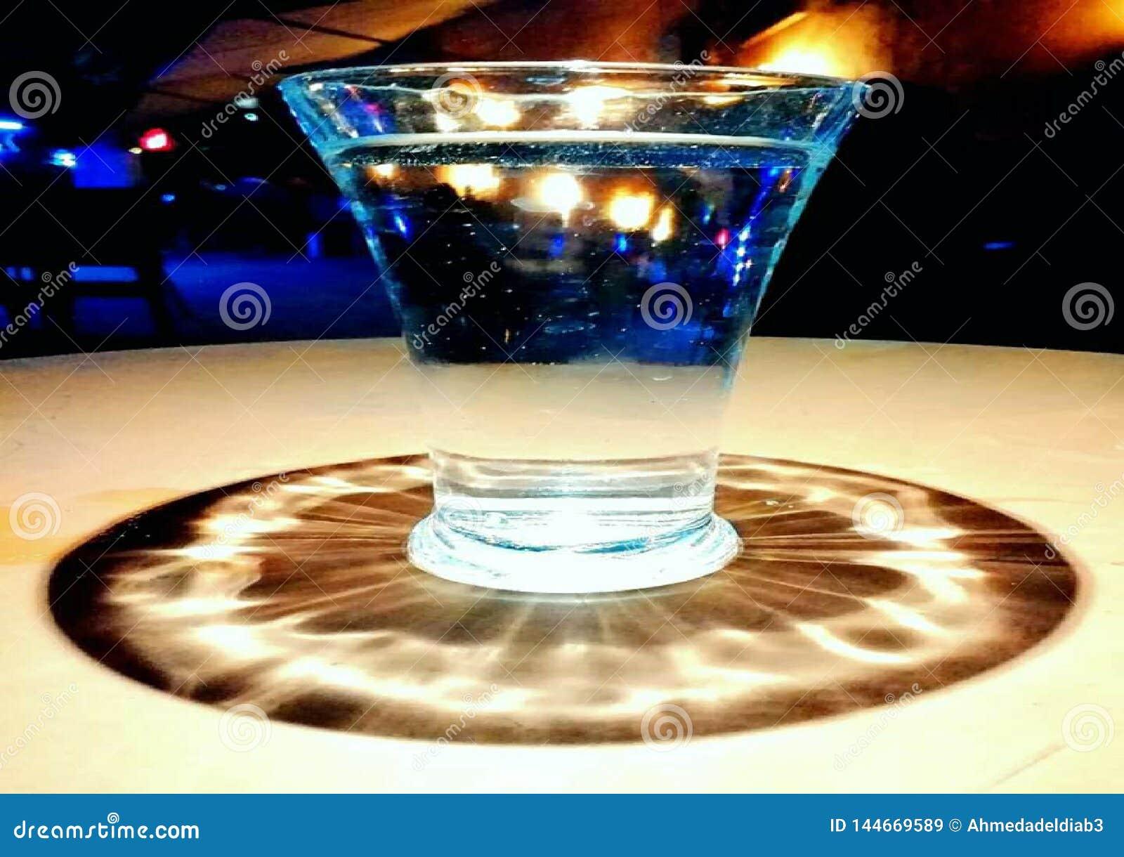 Ett exponeringsglas av vatten i mitten av ljusen